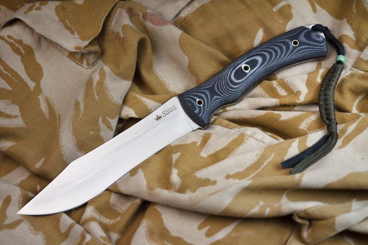 Нож Safari AUS-8 S, КизлярНожи Кизляр<br>Элегантный длинный нож с сатинированным клинком из стали AUS-8 с высокой твердостью 58-60 HRC.<br>Превосходно сконструированный тонкий клинок из отлично сбалансированной стали AUS-8 длиной более 160 мм позволяет делать продолжительные режущие движения, а вогнутые спуски обеспечивают очень эффективный и приятный рез.<br>Большая комфортная рукоять ножа из очень привлекательного слоистого материала Micarta, обладающего высокой прочностью, имеет эргономичную форму, дающую точный контроль над ножом.<br>Чехол ножа изготовлен из очень прочного запатентованого материала Kydex (США), отформованного точно по рельефу рукояти и обеспечивает отличное удержание ножа даже в положении рукоятью вниз.<br>Нож снабжен отверстием для ремешка и комплектуется приятным паракордовым темляком, который в случае необходимости может быть использован в качестве веревки или шнура.<br>