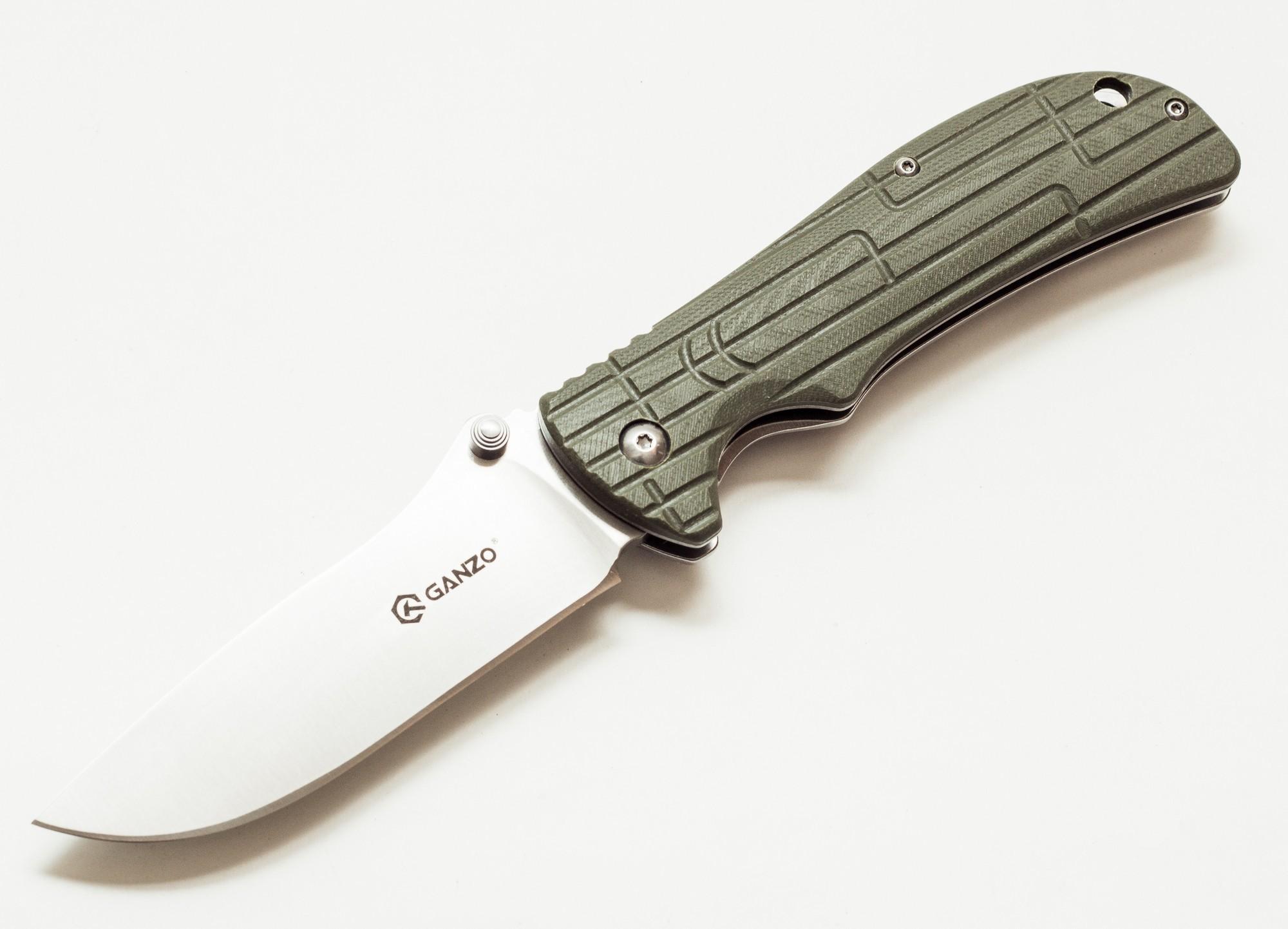 Нож Ganzo G723 зеленыйРаскладные ножи<br>Нож Ganzo G723 изготовлен таким образом, чтобы объединить практичность и привлекательный дизайн. Он предназначен для использования во время отдыха за городом или же в качестве карманного ножа на каждый день.<br>Для того, чтобы нож мог прослужить долгое время, его клинок сделан из нержавеющей стали высокого качества -440С. Этот сплав отличается хорошей сопротивляемостью к коррозии и, в то же время, достаточно большой твердостью — порядка 58 HRC. Благодаря этому, нож долго остается острым даже без регулярного подтачивания. Длина лезвия ножа составляет 9,5 см при его толщине по обуху 0,4 см. Вместе с рукояткой длина готового к работе ножа составляет 21,5 см. В закрытом же виде он гораздо более компактный — всего 12 см в длину.<br>Чтобы носить сложенный нож было удобно и безопасно, производители выбрали для него популярный тип замка FrameLock. Он известен высокой надежностью и простотой использования. Исходя из особенностей фиксирующего механизма, основой рукоятки ножа является металлическая пластина. Пластиковая накладка украшает лицевую сторону ручки. Для нее использован прочный стеклопластик G10, который известен своей износостойкостью. Поверхность накладки — не ровная, что сделано специально для более крепкого захвата ножа. Также на рукоятке предусмотрены клипса и отверстие для темляка, чтобы владелец ножа мог закрепить его, например, на лямке рюкзака.<br>Вес модели Ganzo G723 составляет 180 г, что совсем не много для ножа, который станет лучшим помощником в приготовлении походного обеда или выполнении важнейших в загородных условиях видов мелких работ. Этот нож безусловно понравится рыбакам, охотникам, путешественникам и другим людям, которые предпочитают отдыхать активно.<br>Гарантия: Компания Ganzo дает гарантию на все свои ножи. Она действует в течение года с даты приобретения любой из моделей.<br>