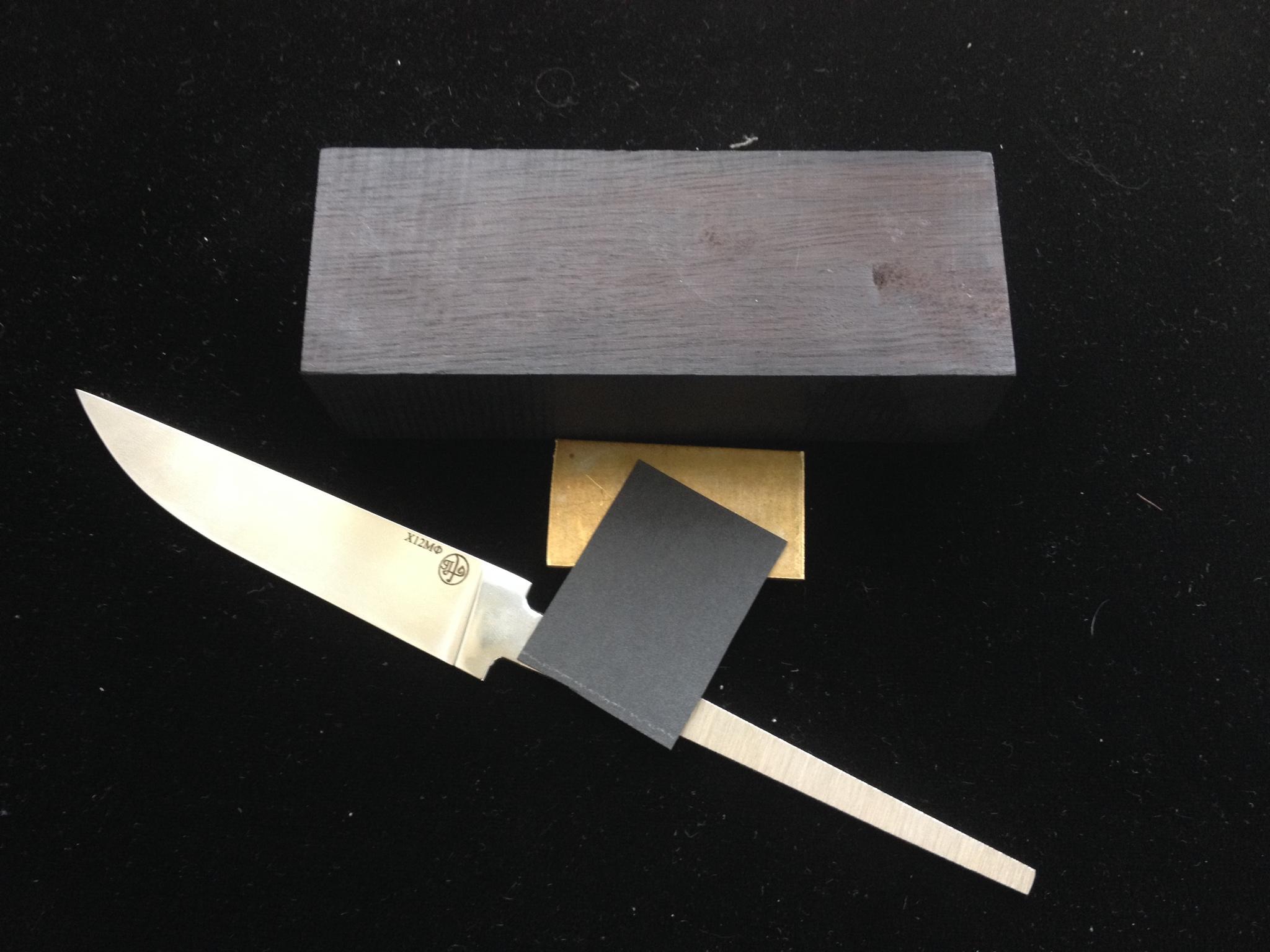 Подарочный набор Сделай свой нож самПодарочные наборы ножей<br>Превосходный подарок настоящему мужчине. Нет ничего лучше для мужчины, чем нож.Но не просто нож, а нож сделанный своими руками втройне ценнее. Клинок сделан одним из лучших российских мастеров Андреем Приказчиковым.Отличный подарок другу, мужу, отцу, брату или коллеге.<br>Комлектующие набора: клинок, брусок, кусок латуни и фибра.<br>Клинок. Сталь Х12Мф КованаяДлина от 90 до 115ммТолщина клинка 3.5мм наибольшия ширина 20ммДлина хвостовика 95мм общая длина заготовки 195ммМастер Андрей Приказчиков. Россия.Брусок светлый дуб или морёный граб чёрный.300х47х128ммЛатунь 3х30х45ммФибра 0.4х30х45мм<br>
