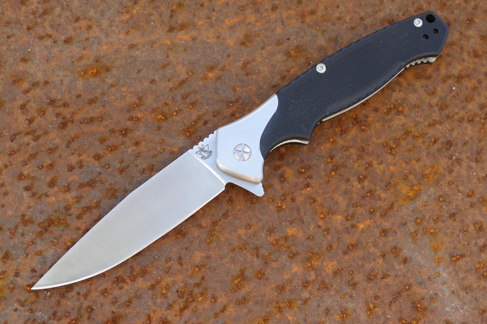 Складной нож СекуторРаскладные ножи<br>Складной нож Секутор это отличный вариант для различных видов аутдор-активности. Нож имеет массивные размеры, которые позволяют использовать его для выполнения силовой работы. Клинок обладает легким понижением в обухе и острым кончиком. Таким ножом удобно чистить рыбу и разделывать небольшую дичь. Клинок изготовлен из нержавеющей инструментальной стали, которая прекрасно держит заточку и легко правится в полевых условиях. Для комфортного ношения предназначена мощная стальная клипса, которая может быть уставлена с любой стороны. В тыльной части размещено отверстие для темлячной петли.<br>