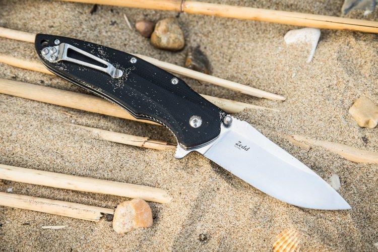 Складной нож Zedd D2 Satin, Kizlyar SupremeРаскладные ножи<br>Новый красивый представитель класса EDC от Kizlyar Supreme,Zedd,может похвастаться какпривлекательнойвнешностью, так и классными современными материалами - D2 и G10, а также прочной конструкцией и повышенной эргономикой.<br><br>Нож обладаеттрадиционной формой клинка, которую множество людейсчитает наиболее удобной для выполнения широкого круга работ.<br><br>Плоско-заточенные спускисбритвенно-острой режущей кромкойубедятся в том, чтобы все что вы не резали, было порезано гладко и ровно.<br><br>Инструментальная штамповаясталь D2находитсявне конкуренции по высокому уровню износостойкости. D2 относится к премиальному сегменту, используется в дорогих изделиях производителей США и Японии и является одной из самых модных сталей среди экспертного сообщества любителей ножей.<br>