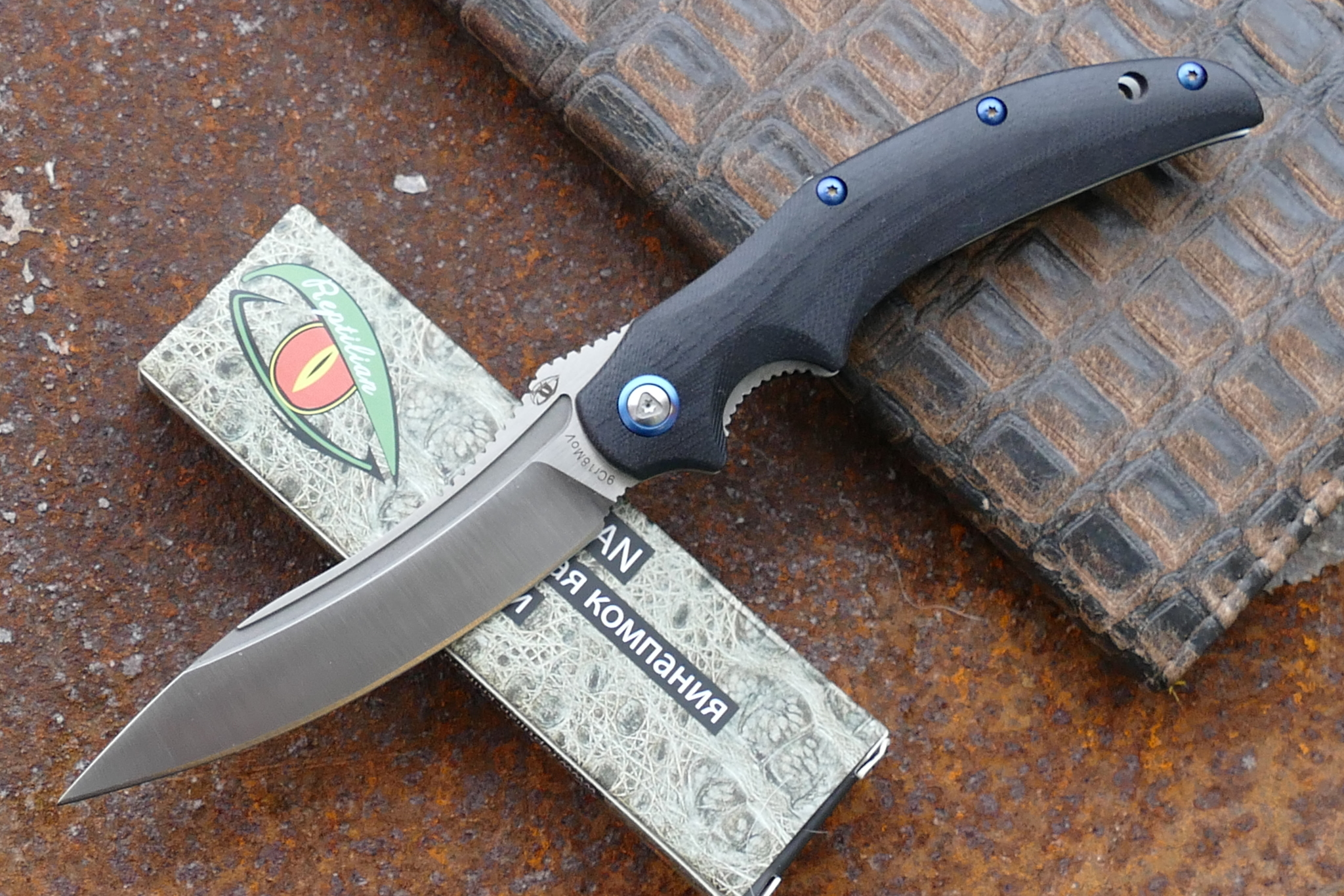 Нож Рефлекс-01Раскладные ножи<br>марка стали: 9Cr18MoVтвёрдость: HRC57-58длина общая: 232ммдлина клинка: 103ммширина клинка наибольшая: 29ммтолщина обуха: 3.5ммвес: 126.7гртип замка: liner lockМеханизм открытия: IKBS (шарикоподшипниковая система)<br>