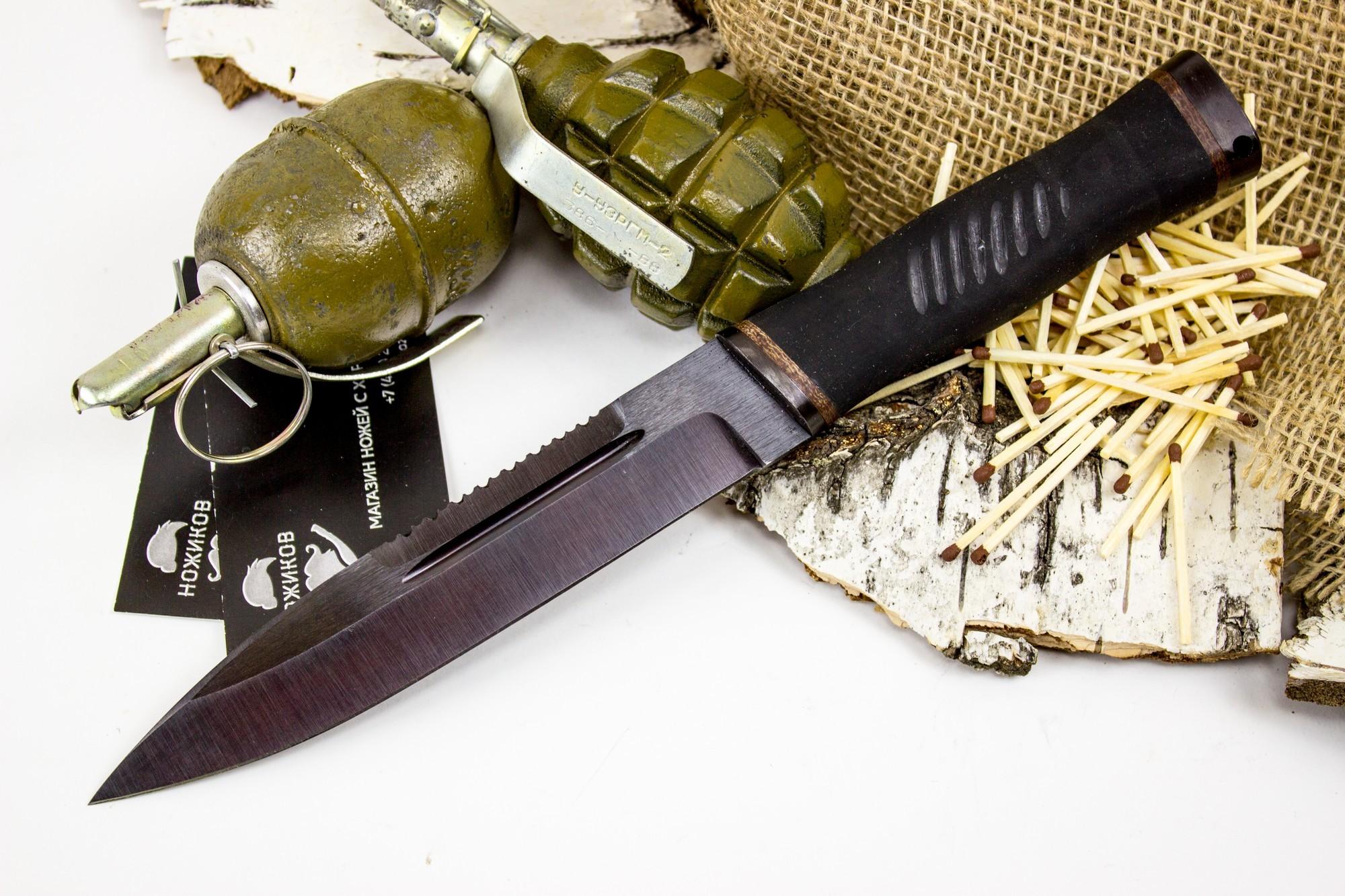 Нож Казак-2, сталь 65Г, резинаНожи разведчика НР, Финки НКВД<br>Нож Казак-2 понравится всем фанатам кинофильмов о Рембо. Нож обладает всеми характеристиками, которые делают его отличным претендентом на роль универсального ножа для всех видов активности: будь то выживание в дикой природе, охота на крупного зверя или ловля плотвы в ближайшем водоеме. Острый кончик ножа предназначен для выполнения колющих ударов. Обрезиненная рукоять уверенно фиксируется даже в мокрой руке, не позволяя пальцам соскользнуть на клинок. На обухе клинка расположены насечки, которые можно использовать в качестве пилы или в качестве инструмента для чистки рыбы.<br>
