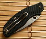 Нож складной Spy-DK Slip-Joint Knife Black FRNSpyderco<br>Несмотря на традиционное отверстие на клинке, открывается Spy-DK двумя руками, как обычный перочинный нож. Отверстие выполняет декоративную функцию. Такая конструкция стала популярна из-за строгих европейских законов, в частности в Англии и Дании. В этих странах законодательство запрещает носить ножи, которые раскрываются одной рукой.<br>На клинке сделан так называемый «чойл» — выемка под указательный палец у начала кромки. Из-за нее ножом будет удобно производить более аккуратные работы. На чойле вырезаны насечки для большей цепкости.Клинок выполнен из N690Co— это сталь австрийской корпорации Bohler-Uddeholm. Она отличается хорошей коррозийной стойкостью и отличными режущими характеристиками. Благодаря легированию кобальтом, она также обладает великолепной сопротивляемостью к боковым нагрузкам.Рукоять изготовлена из FRN — это живучий материал, хорошо противостоит ударам и открытому огню. К минусам можно отнести слабую переносимость холодов — при температуре ниже 17 градусов, ударная прочность может снизиться. С остальном же этот материал, оправдывает свою стоимость.Отдельное внимание стоит уделить клипсе. Помимо того, что ее можно переставить на другую сторону, она еще удобна тем, что полностью утапливает нож в кармане.<br>