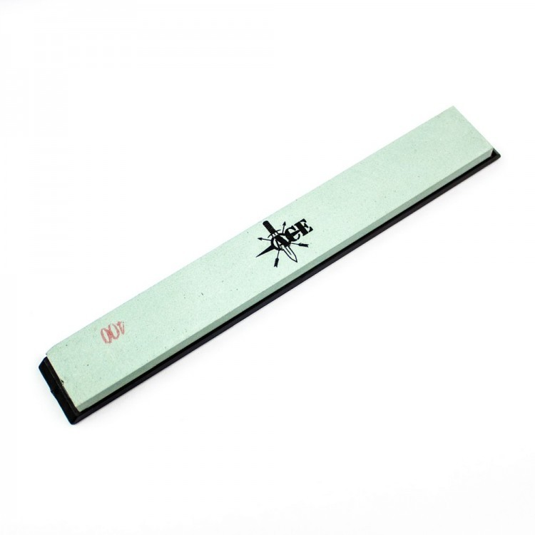 Точильный камень ACE 400Бруски и камни<br>АСЕ 400 — это искусственный точильный камень для работы с ножами или иными требующими периодического затачивания предметами. Его гритность соответствует числу 400 в маркировке. Это означает, что камень лучше использовать на одном из завершающих этапов затачивания — для доводки режущей кромки после использования более грубых поверхностей. Сам камень лежит на подложке из черного пластика, которая служит основанием для закрепления на точилке. АСЕ 400 можно использовать совместно с точильными станками таких брендов как Ganzo, Apex или другие. Помимо того, камень вполне подходит для самостоятельно использования с ручной установкой угла заточки. Его длина со стороны подложки составляет 15,7 см, ширина равна 2,2 см.<br>