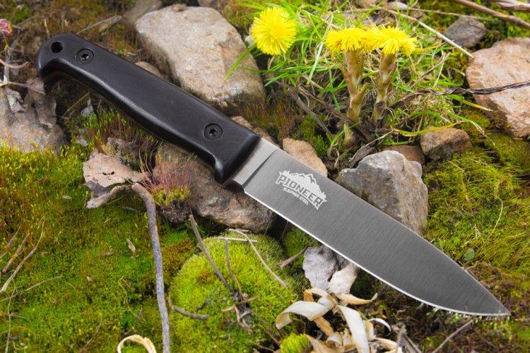 Нож Pioneer SL DSW, КизлярНожи Кизляр<br>Одно можно сказать с уверенностью – это точно не полочник, он займет достойное место среди ваших наиболее используемых ножей. Судите сами: узкий клинок с понижением линии обуха длиной 125 мм отлично управляем. Такого размера хватит практически для любой задачи от нарезки хлеба до обустройства укрытия на ночь. Очевидно, что разработчики данной модели во главу угла поставили агрессивный и хорошо контролируемый рез. Об этом говорят прямые спуски от обуха, сведенные в 0.2-0.3 мм, и выбор стали. Шведская высоколегированная сталь Sleipner просто создана для уверенного реза, кроме того клинок отлично держит заточку. Высокую прочность ножа гарантирует его конструкция фултанг (full-tang), то есть мощный хвостовик полностью повторяет форму рукояти. При обухе 3.75 мм – это солиднейший запас прочности. Рукоять выполняется из корня ореха. Она красиво смотрится, а главное плотно садится в руку. Не смотря на небольшой размер, а может благодаря ему, рука совсем не устает даже при долгой работе. Уже традиционные для Суприма кожаные погружные ножны со свободным подвесом вопросов не вызывают – удобны, надежны и красивы.<br>
