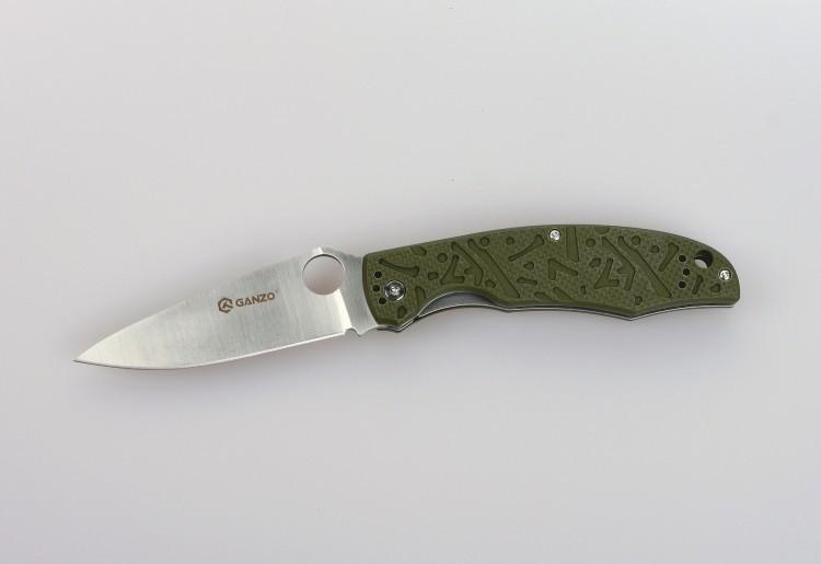 Складной нож Ganzo G7321, зеленыйРаскладные ножи<br>Для рыбаков, туристов, охотников, спортсменов-экстремалов и многих других пользователей компания Ganzo выпустила модель складного ножа Ganzo G7321. Стольширокая аудитория объясняется тем, что нож действительно получился очень практичным и надежным. Для него мастера ножевой индустрии использовали уже проверенные материалы и технологии, а также разработали стильный дизайн. Эта модель справится с любыми порученными ей работами по благоустройству кемпинга, приготовления пищи на костре, с выполнением подсобных работ.<br>Металл, который используется для ножа Ganzo G7321 — это нержавеющая сталь 440С. Из своей группы сплавов она наиболее качественная и может похвастать сбалансированностью таких качеств, как твердость (в данном случае, порядка 58 ед.), простота заточки, сопротивляемость коррозии. Конечно, нож из такой стали нуждается в уходе, но для него достаточно минимального внимания со стороны владельца, чтобы оставаться таким же острым и хорошо отшлифованным, как и сразу же из коробки. Лезвие ножа имеет гладкую режущую кромку, которую легко подновить при помощи самой простой точилки. Толщина клинка в самой широкой части равна 3,3 мм. А его полная длина достигает 9,5 см. С приближением к рукоятке клинок существенно расширяется. На этом участке расположено круглое отверстие, которое служит для открывания сложенного ножа. Чехол для хранения Ganzo G7321 не требуется, поскольку лезвие скрыто внутри рукоятки. Впрочем, этот аксессуар каждый пользователь может приобрести отдельно по собственному желанию. Чтобы нож не открылся, когда этого не требуется, в него встроен замок под названием Liner-Lock. Несмотря на свою простую конструкцию, этот замок получил статус одного из наиболее надежных.<br>Сделан по аналогузнаменитогоножа Spyderco.<br>Особенности:<br><br>карманная модель;<br>нержавеющая сталь с высокой твердостью (марка 440С);<br>ровно заточенное лезвие;<br>клинок длиною 95 мм;<br>рукоятка из композитного пластика G10;<br>н