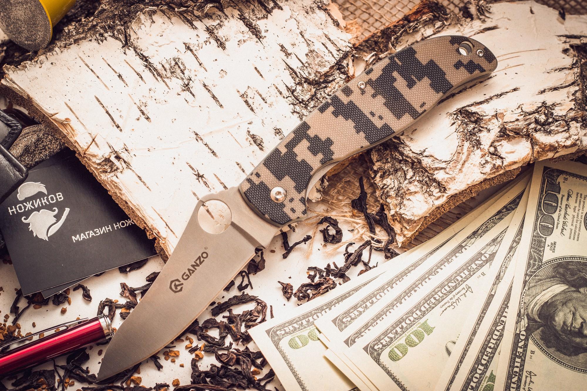 Складной нож Ganzo G734, камуфляжРаскладные ножи<br>Если вы выбираете нож для поездок на природу: туризма, рыбалки, пикников или занятий различными видами экстремального спорта, Ganzo G734 — именно та модель, на которую действительно стоит обратить внимание. Его клинок выполнен из нержавейки высокого качества (440С), которую широко используют многие известные производители. Гладкая заточка способствует многозадачности этой модели. Нож прекрасно подойдет для приготовления бутербродов, чистки рыбы, выполнения различных подсобных работ. Помимо того, у лезвия довольно необычная форма, которая понравится ценителям и коллекционерам ножей. Длина лезвия ножика достигает 89 мм при толщине пластины по обуху 30,33 см.<br>Чтобы Ganzo G734 было удобно держать в руках, на его рукоятке с обеих сторон размещены накладки из популярного стеклопластика G10. Он получил большое распространение благодаря необычайной прочности (это композитный материал), легкости формовки и способности долго сохранять свои свойства. Кстати, стеклопластик комфортно держать в руках и зимой, и летом, в отличие от некоторых других материалов, на которые существенно влияет температура окружающей среды. Для модели Ganzo G734 производители предусмотрели четыре варианта расцветок рукоятки: хаки, оранжевая, черная и болотно-зеленая. В хвосте рукоятки сделано небольшое отверстие для темляка.<br>Сделан по аналогузнаменитогоножа Spyderco.<br>