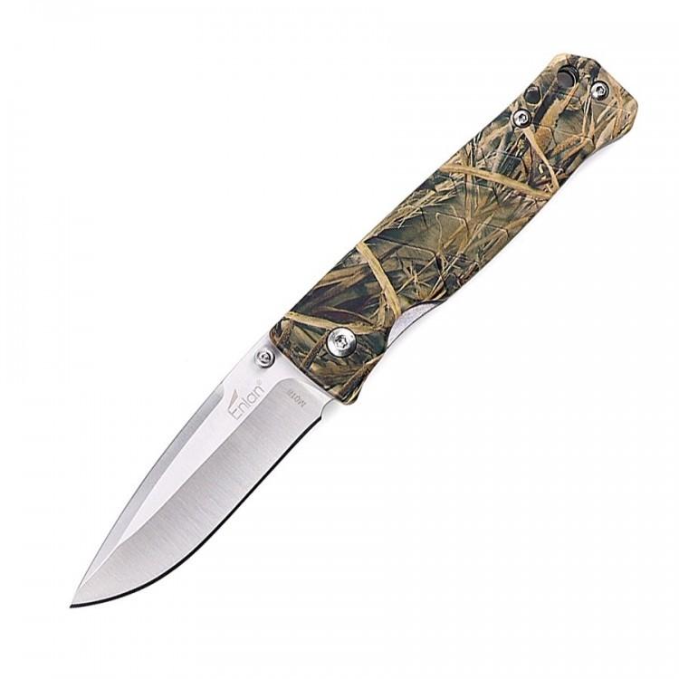 Нож Enlan M018CAРаскладные ножи<br>Enlan M018CA – это компактный карманный нож со складной конструкцией. Отличительными чертами представленной модели является её довольно оригинальный дизайн и особая структура поверхности рукояти, благодаря чему нож лучше лежит в ладони и намного меньше скользит при намокании.<br>В походе очень многое зависит от качества снаряжения, именно поэтому при выборе экипировки, следует отдавать предпочтение всемирно известным и проверенным брендам, продукция которых уже успела себя зарекомендовать с лучшей стороны. При выборе походного ножа, не следует забывать о том, что вам, скорее всего, также потребуется и небольшой, вспомогательный нож, с помощью которого вы сможете готовить пищу, проводить мелкий ремонт или просто будете использовать его как дополнительный инструмент при выполнении какой-либо задачи.<br>Модель Enlan M018CA может стать отличным претендентом на данную роль. Ведь благодаря высокому качеству изготовления, удачной компоновке и отличной эргономике, представленный нож выдерживает довольно серьезные физические нагрузки. А продуманная форма рукояти и её размеры, позволяют с комфортом удерживать нож M018CA практически любым хватом.<br>Благодаря использованию стали 8Cr13Mov для изготовления клинка, лезвие ножа не ржавеет при длительном контакте с влагой. А термическая обработка обеспечивает клинку твердость на уровне 58-60 HRC, ввиду чего режущая кромка долго сохраняет остроту.<br>Накладки на рукоять изготовлены из анодированного алюминия, ввиду чего они прекрасно сочетают в себе легкость и прочность. Особая структура поверхности рукояти, напоминающая крупную чешую, препятствует скольжению Enlan M018CA в ладони.<br>