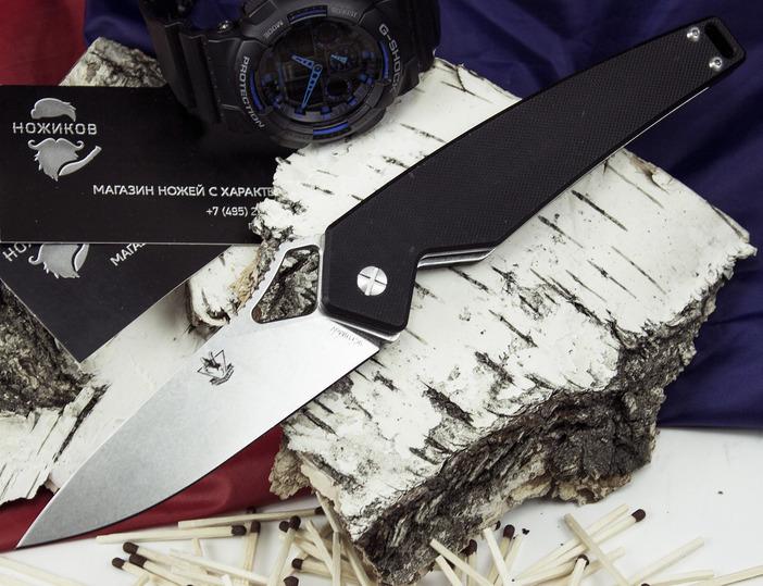 Складной нож Варлок, черныйРаскладные ножи<br>Нож Варлок сочетает в себе последние тенденции ножевой моды. Клинок ножа оснащен фигурным отверстием на рукояти, которое позволяет открыть нож одной рукой (как правой, так и левой). На обухе клинка располагается упор, который обеспечивает надежное удержание ножа тактическим хватом. Клинок ножа обработан специальным покрытием, которое не дает бликов на солнечном свету. Накладки рукояти изготовлены из шероховатого ударопрочного пластика, что обеспечивает уверенное удержание, как голой рукой, так и рукой в тактической перчатке. На тыльнике рукояти расположено темлячное отверстие.<br>
