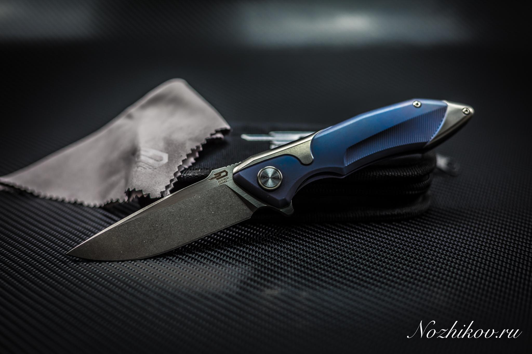 Складной нож  Bestech Starfighter BT1709B, сталь CPM-S35VN, рукоять титанРаскладные ножи<br>СКЛАДНОЙ НОЖ BESTECH KNIVES BT1709B производит впечатление вещи, в которой все продумано до мелочей и до мельчайших деталей. Возможно, именно эта модель станет началом вашей ножевой коллекции. Такой нож способен украсить собой гостиную или кабинет руководителя. Станете ли вы носить ее в кармане делового костюма или поместите на коллекционный ложемент - решаете только вы. Нержавеющая сталь наряду с высокой защитой от коррозии обладает повышенным уровнем износостойкости и устойчивостью к высоким температурам. Клинок из этой стали отлично работает в условиях пониженных температур и в условиях с высокой влажностью. Рукоять ножа выполнена из титанового сплава. Помимо высокотехнологичных материалов, нож обладает универсальной геометрией и продуманной эргономикой, которая обеспечивает уверенную фиксацию в руке прямым и обратным хватом.<br>