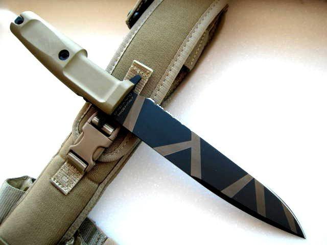 Нож с фиксированным клинком Venom Desert WarfareВоенному<br>Нож с фиксированным клинком Venom Desert Warfare,клинок классический, пустынный камуфляж, 1/3 серейтор, рукоять прорезиненная, чехол пластик + нейлон.<br>
