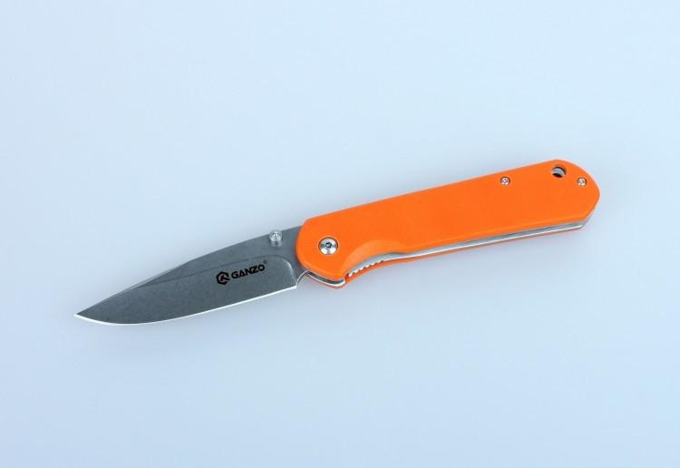 Нож Ganzo G6801, оранжевыйРаскладные ножи<br>Ganzo G6801 — действительно многозадачная модель, которая как нельзя лучше подходит активным людям, часто выезжающими ни природу. Этот нож поможет приготовить в походе пищу, отремонтировать походное и рыбацкое снаряжение, а также справиться со многими другими заданиями.<br>Клинок ножа изготовлен из прочной нержавеющей стали 9Cr14Mov с твердостью около +-58 HRC. Этот сплав позволяет без труда остро наточить нож, который долгое время будет оставаться острым даже несмотря на интенсивное использование. Тип заточки лезвия ножа Ganzo G6801 — plain. Это значит, что режущая кромка — гладкая, без зазубрин. Такая заточка позволяет использовать нож для работы с подавляющим большинством материалов. Размеры клинка также подобраны таким образом, чтобы обеспечить универсальность использования ножа наряду с его компактностью. Длина лезвия составляет 8,5 см, толщина в наиболее широкой части — 3,3 мм. В сложенном виде, длина ножа Ganzo G6801 достигает 12 см, а его полные размеры в открытом виде — 20,5 см.<br>На рукоятке закреплены накладки из термопластика G10. Это прочный композитный материал, которых не уступает в надежности стали. К тому же, он очень долговечный, стойкий к воздействию многих активных химических веществ, не выгорающий на солнце и не впитывающий воду. Поверхность накладок текстурированная, чтобы нож можно было крепче держать в руках. Также в рукоятку можно вдеть ремешок для руки, через специально предусмотренное отверстие небольшого диаметра. В кармане или на поясном ремне Ganzo G6801 закрепляется при помощи металлической клипсы. Для выбора доступны четыре варианта ножей Ganzo G6801: с зеленой, черной, оранжевой или камуфляжной рукояткой.<br>Поскольку модель Ganzo G6801 — складная, в ней используется специальный ножевой замок для фиксации клинка. В данном случае, установлен замок Liner Lock, который гарантирует надежное закрепление лезвия ножа и исключает его самостоятельное открывание или закрывание.<br>Особенности:<br><