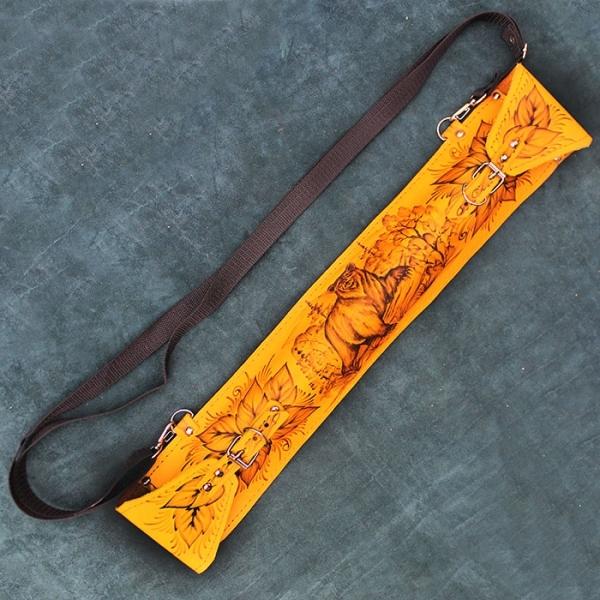 Мангал с шампурами в кожаном чехлеНожи Ворсма<br>Шашлычный набор ключает в себя складной мангал-маганок и 6 шампуров. А также кожаный чехол с рисунком на охотничью тему. Отличный вариант как для себя, так и для подарка. Очень компактный, удобно перевозить в автомобиле.<br>