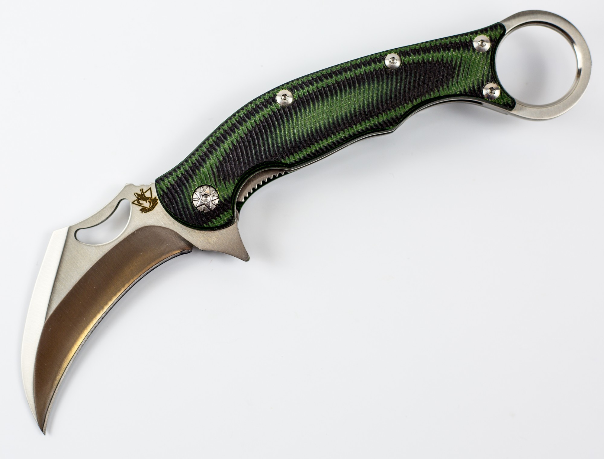 Складной нож Керамбит, зеленыйРаскладные ножи<br>Эта модель сочетает представляет собой стильный мужской аксессуар. Складной нож Керамбит Зеленый позволит вам не только решать бытовые задачи, но и выделяться среди других владельцев ножей. С таким ножом легко стать центром внимания в любой компании, получить больше внимания от противоположного пола. Такой нож станет предметом зависти ваших друзей и коллег. Несмотря на изогнутый клинок нож имеет отличные рабочие характеристики: легко режет продукты, разрезает веревки и садовые шланги. Для уверенного удержания ножа в экстремальной ситуации в тыльной части расположено кольцо для пальца.<br>