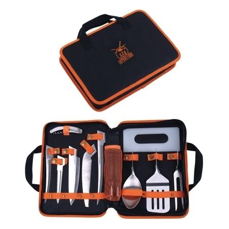 Набор Полевая кухняНаборы кухонных ножей<br>Этот эргономичный и многофункциональный нож просто необходим людям, связанным с командировками и путешествиями. В машине, в самолёте, в поезде, на работе, на даче и даже дома нож - мультитул пригодится везде. Лезвия ножа выполнены из качественной нержавеющей стали. Компактный размер и эргономичный дизайн сведут к минимуму проблемы, связанные с размещением инструмента в багаже или на экипировке. Страховочное кольцо позволяет прикрепить нож к рюкзаку или использовать его как брелок.Мультитул Driver Edition - практичный новогодний подарок.Размеры: В сложенном состоянии 100 мм; с разложенными плоскогубцами 159 мм;Лезвие. Длина 70 мм.Пила. Длина 50 мм.Travel Edition включает:Напильник грубый и мелкий.Серрейтор - лезвие с волнообразной заточкой.Пассатижи с кусачками.Открывалка. Открывает консервные банки, консервы с крышкой, бутылки.Отвертка плоская 2 шт. большая, малая.Отвертка крестовая.Ножницы.Шило.Инструмент комплектуется чехлом с возможностью горизонтального и вертикального крепления на ремне.Изготовлен из: Сталь марки 440C<br>