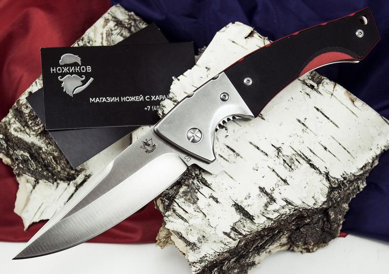 Складной нож ГадюкаРаскладные ножи<br>Сочетание красного и черного цветов на рукояти этого ножа говорит о серьезном характере. Складной нож Гадюка имеет стильный внешний вид и отличные рабочие характеристики. Клинок ножа выполнен из инструментальной стали D2, которая максимально долго сохраняет остроту режущей кромки. Толщина обуха 4 миллиметра позволяет использовать нож для нанесения сильных секущих и колющих ударов. Фальшлезвие образует острый кончик, которым удобно протыкать твердые и мягкие материалы. Для однорукого открывания используется выступ-флиппер.<br>
