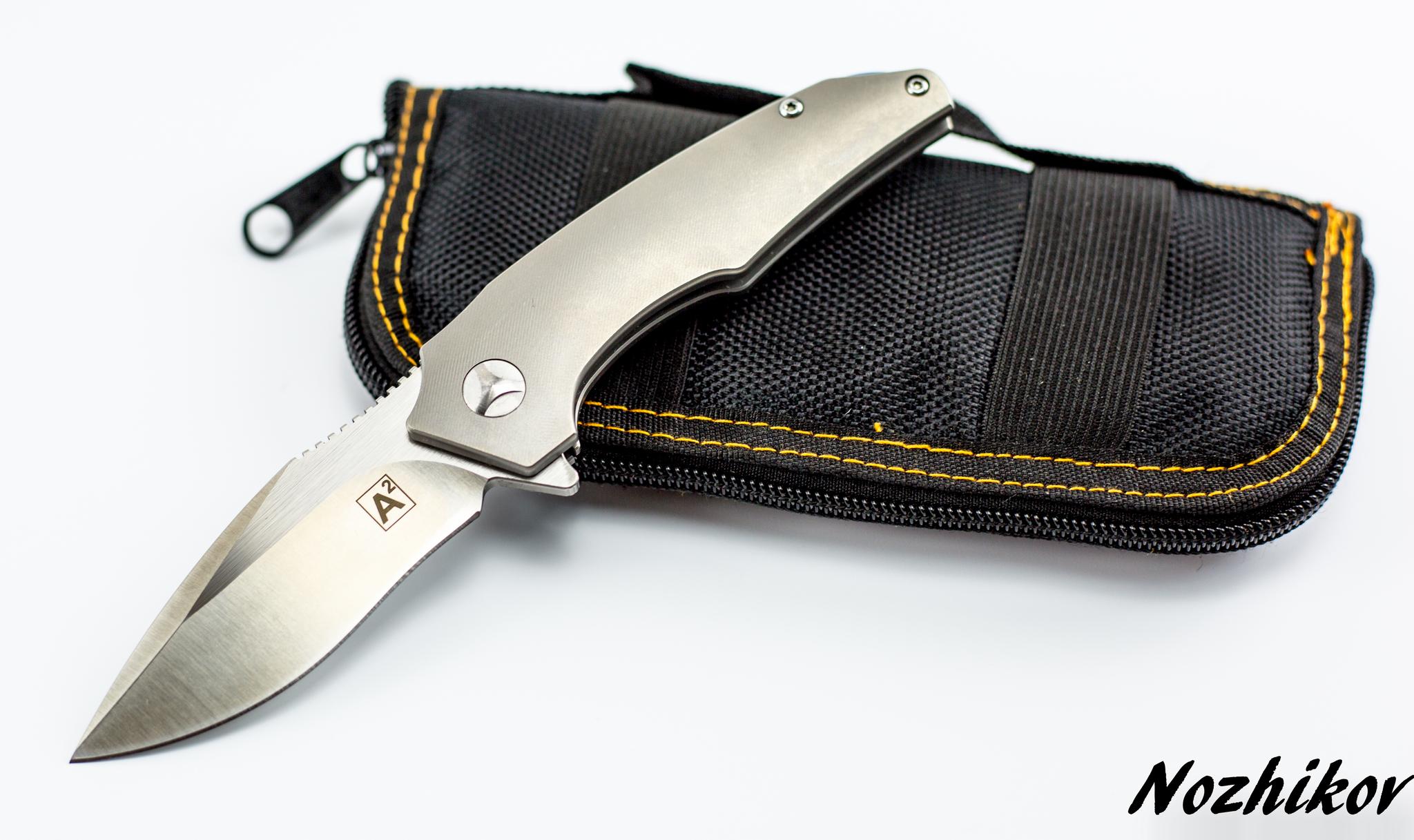 Складной нож Zeus , сталь m390Раскладные ножи<br>Если «большие тактические складни» наводят на вас тоску, а нож все равно нужен - обратите внимание на этого малыша. Складной городской нож ZEUS , СТАЛЬ M390 разработан для комфортного ношения и ежедневного использования. При этом он обладает атрибутами «взрослого» тактического ножа: клинок из ламинированной порошковой стали, надежная металлическая клипса, эргономичная рукоять из облегченного титанового сплава. Для удобства открывания правой или левой рукой, клипса может размещаться на любой стороне рукояти. Нож комплектуется удобным кейсом из сентетического материала для хранения и транспортировки.<br>