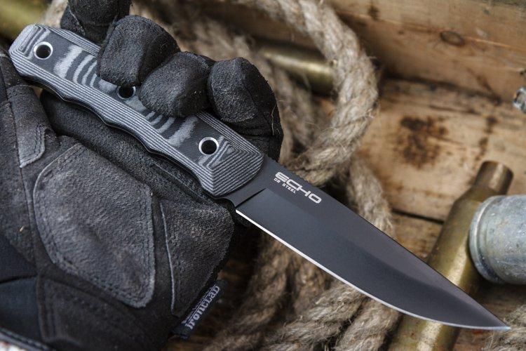 Тактический нож Echo D2 Black TitaniumНожи Кизляр<br>Echo - стильный, но крайне надежный и удобныйтрудяга из высококачественной стали D2 твердостью около 61 единицы Rockwell, эргономичной рукоятью из 3D Micarta и чехлом из Kydex с переставляемой клипсой.Остро-заточенный клинок универсальной формы изD2 легко справляется с нарезкой материалов различной твердости и долго удерживает установленный уровень заточки. Для защиты клинка от внешних воздействий типа царапин и истираний, на сталь нанесено стойкоепокрытие Titanium Coating.Инструментальная штамповая сталь D2, приняемая Kizlyar Supreme находится вне конкуренции по высокому уровню износостойкости в своем классе. D2 относится к премиальному сегменту, используется в дорогих изделиях производителей США и Японии и является одной из самых модных сталей среди экспертного сообщества любителей ножей. Используемая в ножах Kizlyar Supreme сталь D2- это высокоуглеродистая штамповая сталь, имеющая высокую стойкость к износу, компрессионным нагрузкам и абразивным воздействиям.Сталь считается наполовину нержавеющей, т.к. обладает хорошими нержавеющими качествами, но все же не дотягивает до уровня нержавеющих. Поэтому рекомендуется протирать ее после каждого контакта с агрессивной средой, а также иногда покрывать антикоррозионным материалом. Обладает удовлетворительной прочностью.К штамповым сталям относятся стали с таким составом углерода и примесей, который подходит для изготовления штампов, то есть обладают высокой твердостью, стойкостью к износу, способностью удерживать режущую кромку, а также стойкостью к деформации при высоких температурах.Существует довольно много сталей, относящихся к штамповым и выбор зависит от поставленных задач, например, нужна ли острая режущая кромка или необходимо ли выдерживание высоких ударных и пиковых нагрузок.Примеов использования штамповых сталей множество - из них изготавливают пресс-формы, т.е. формы для вырубки деталей из различных материалов, вплоть до вырубки металлических деталей из стал