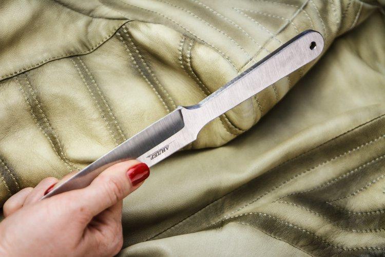 Спортивный нож ЛидерKizlyar Supreme<br>Перед Вами отличный нержавеющий нож для спортивного метания от мастеров ножевиков Кизляр. Выполненный из мягкой 420 стали с оптимальной балансировкой, этот клинок позволит отточить мастерство точного броска на коротких и средних дистанциях. Длинный обух и небольшой спуск клинка позволяют выполнять метание любым удобным хватом. Плавные изгибы спортивного ножа Лидер и отсутствие режущей кромки обеспечивает максимальную безопасность рук. Ножиков рекомендует!<br>Полная длина 271 ммТолщина клинка 5.9 ммМатериал клинка 420Вес 195 гр<br>