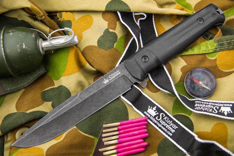 Тактический нож Delta D2 BT SW, КизлярНожи Кизляр<br>Delta из премиальной стали D2 (твердость 61-63 HRC) отличается от Альфа более массивным острием, еще более эффективным при рубящих ударах. Форма клинка Delta делает этот нож настоящим красавцем - в меру агрессивным, но очень привлекательным. А его материалы - сталь D2, рукоять из Kraton и MOLLE-совместимый чехол из баллистического нейлона и вставки из стеклонаполненного полиамида делают его превосходным бойцом в большинстве задач.Ножи серии Tactical Echelon отличаются формами клинков, но общей для них остается форма рукояти, так как на взгляд дизайнеров Kizlyar Supreme для данной серии она обладает совершенной эргономикой.<br><br>Конструкция ножей простая, но максимально прочная: накладки рукояти, изготовленные из Kraton, известного своей износоустойчивостью к истиранию и повышенными фрикционными качествами, прикручены к цельнометаллическому хвостовику резьбовыми стяжками, а также дополнительно проклеены. Стоит отметить, что рукоять идеально совместима с тактическими перчатками.Безопасность при боевом применении ножа обеспечивает форма рукояти. В роли ограничителя использован выступ на пяте клинка и подпальцевая выемка. Вырезы на подпальцевой выемке продлены на боковую поверхность плашек, образуя в устье рукояти подобие гарды.Значительную роль играет также сужающаяся к затыльнику коническая форма рукояти, образуя, таким образом, неявный упор. Два выреза на боковых поверхностях накладок, более глубокие у навершия, подчеркивают стремительность форм, а также утоньшают рукоять в поперечной плоскости, улучшая удержание при колющем ударе, создавая тот же самый конический эффект, а также предохраняют рукоять от проворачивания в руке.Подпальцевая часть рукояти достаточно широкая, и позволяет перехватывать нож ближе к ограничителю, или, наоборот, ближе к навершию, что увеличивает длину рычага при рубящем ударе.Со стороны навершия есть металлический выступ для нанесения удара. Он имеет скругленную форму и не мешает при рабо