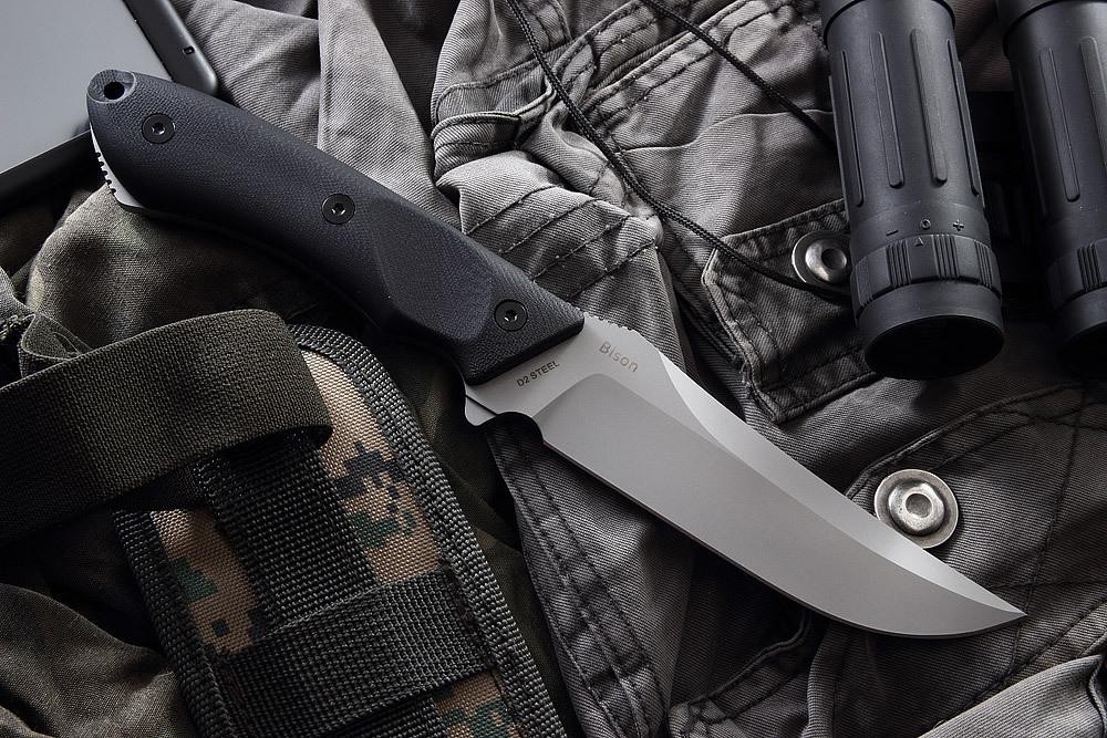 Тактический нож BisonТактические ножи<br>Нож «Bison» компании Mr.Blade понравится профессиональным и начинающим любителям активного загородного отдыха. В этой модели оптимизированы рабочие и тактические характеристики. Нож уверенно ложится в руку, благодаря особой форме рукояти и насечкам на обухе. Взлетающий кончик клинка рассчитан на выполнение тонких и деликатных действий. Нож соответствует названию - целеустремленный, мощный и уверенный в себе. Имея на бедре такого помощника, вы справитесь с любыми трудностями. Камуфлированные ножны из нейлона оснащены системой крепления «молле».<br>ХарактеристикиСталь D2 Твердость стали 60-61 HRCРукоять: G10Форма клинка: Trailing PointОбщая длина: 259 ммДлина клинка: 124 ммШирина клинка: 36 ммТолщина клинка: 4,6 ммВес: 254 г<br>