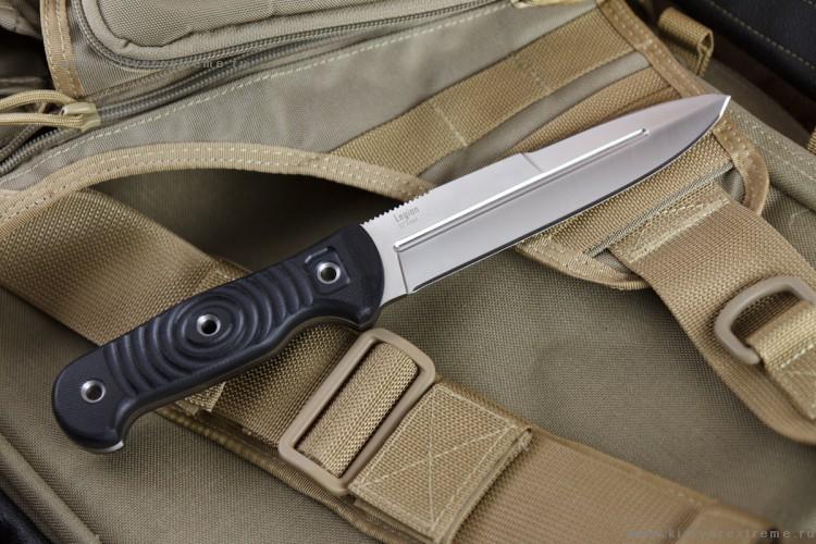 Нож Legion D2 Satin+SW, КизлярНожи Кизляр<br>D2, G10, MOLLE - этих загадочных для обывателя слов достаточно, чтобы мгновенно привлечь внимание ножевых экспертов.Высококлассная сталь D2 твердостью 60-62 единиц Роквелляуже много лет держит лидирующие позиции среди лучших западных сталей для ножей благодаря своим великолепным режущим свойствам.А если на ноже установлена рукоять изсверхпрочного G10, то можнобыть уверенным в ее высочайшейпрочности.  Legion относится к серии ножей Outdoor, в которую входят крепкие, надежные ножи для активного отдыха на свежем воздухе и различных задач, востребованные охотниками, спасателями, и просто туристами.  Ножи серии Outdoor отличаются формами клинков, базовой, общей для них остается форма рукояти. Конструкция ножей простая, но максимально прочная: накладки рукояти, изготовленные из очень износостойкого стекловолокнистого материала G-10, приклепаны к цельнометаллическому хвостовику пустотелыми заклепками из нержавеющей стали.  Форма рукояти очень удобна, она достаточно универсальна для ладоней разной антропометрии, имеет надежный ограничитель, предотвращающий возможное соскальзывание руки на лезвие при работе. Расширяющаяся тыльная часть рукояти позволяет надежно удерживать нож при рубящих или секущих ударах. Накладки рукояти текстурированы дугообразными вырезами для лучшего удержания мокрыми или жирными руками. Навершие рукояти имеет закругленную форму, при этом грани накладок тщательно скруглены. Такая форма позволяет комфортно работать хватом с упором ладони в рукоять, если нужно что-нибудь расковырять, поддеть.  Все клинки серии имеют толщину около 5 мм - это обеспечивает высокую прочность ножа при поперечных нагрузках и придает ножу необходимую массивность, нужную при нанесении колющего удара.  Ножи комплектуются ножнами, адаптированными под систему крепления MOLLE. При проектировании ножен учитывался ряд требований, чтобы соответствовать жестким стандартам НАТО: нож должен быть бесшумен при ношении, вставляться в ножны любой с