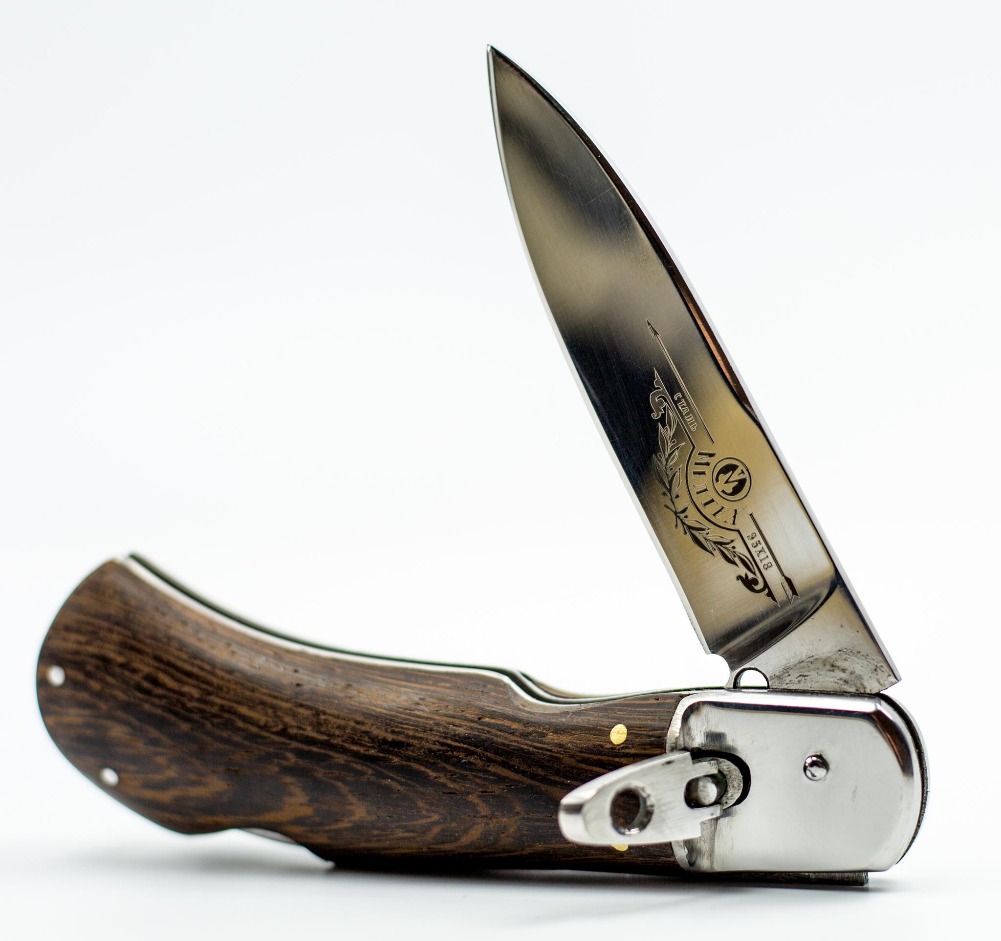 Выкидной нож СталкерНожи Ворсма<br>Ценителям ножевой классики обязательно понравится складной нож СТАЛКЕР. Эта модель возвращает нас в середину 20-го века, когда складной нож был элементом уличной культуры в криминальной среде. Эта модель оснащена механизмом автоматического выброса клинка. Чтобы нож полностью соответствовал стилистике того времени на клинке размещена стильная гравировка, а рукоять ножа выполнена из натуральной древесины с красивым природным орнаментом. Нож имеет компактные размеры и небольшой вес и вполне подходит для ежедневного использования в городских условиях.<br>