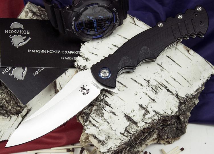 Складной нож Шакс, черныйРаскладные ножи<br>Складной нож Шакс можно отнести к разряду тактических ножей, которые отлично приспособлены для использования в городских условиях. Нож можно носить на кармане с помощью съемной клипсы или в EDC-органайзере. Нож легко и быстро открывается одной рукой. Подпальцевые выемки, упор на обухе и флиппер обеспечивают уверенное удержание ножа в экстремальной ситуации. Нож практически невозможно выбить из руки. Использование тактических перчаток, делает хват еще более надежным. Нож отлично справляется с мелкими бытовыми задачами, приготовлением пищи и выполнением хозяйственных работ.<br>