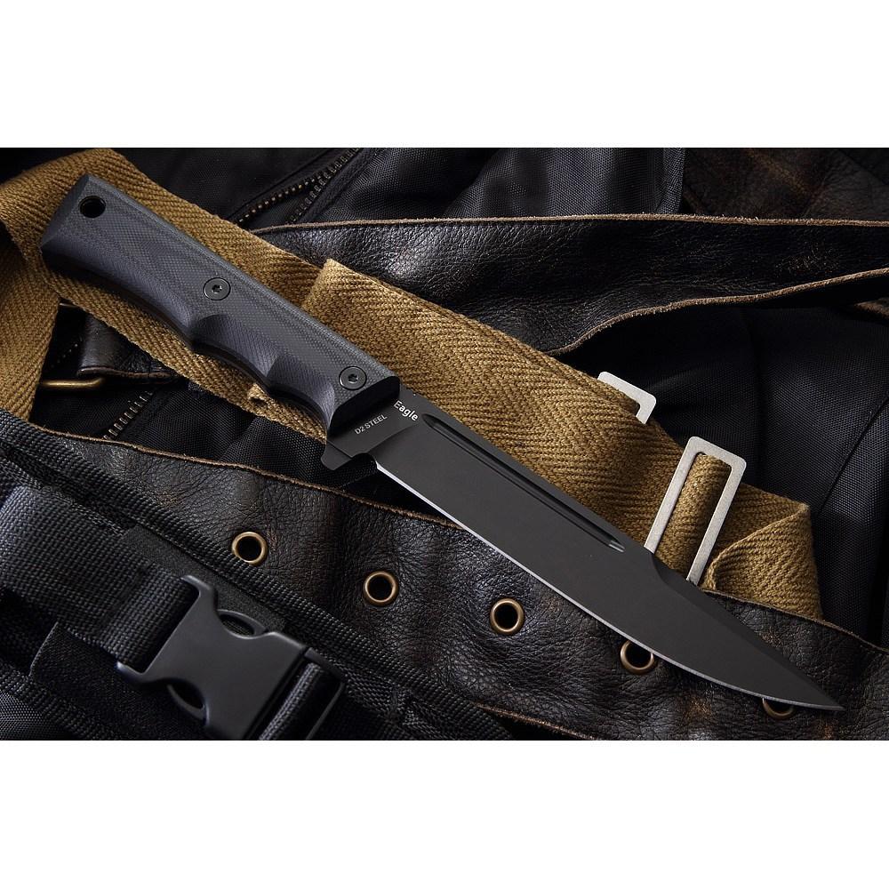 Нож EagleНожи разведчика НР, Финки НКВД<br>Нож Eagle – отличный тактический инструмент. Клинок оптимизирован по длине и справляется с многочисленными задачами. Производится из высокоуглеродистой стали D-2, которая считается одной из лучших для изготовления элитных ножей. Это отлично режущая сталь, твердостью около 61-63 единиц по Роквеллу. Клинок с пескоструйным покрытием надежно защищен от коррозии. Материал рукояти ножа Eagle Mr Blade – надежный G-10.Плашки плотно крепятся к рукояти при помощи двух винтов. Подпальцевые насечки предусмотрены для боле удобного хвата. В комплект входят ножны из кордуры – прочной ткани для ремней и подвесок. Нож в них очень хорошо фиксируется, для передней части клинка предусмотрен специальный зажим. Имеются дополнительные кармашки для необходимых мелочей – точилки, фонаря, мелких инструментов. Крепление – система MOLLE. Купить тактический нож можно всего в несколько кликов, и он надолго станет Вашим надежным помощником.<br>