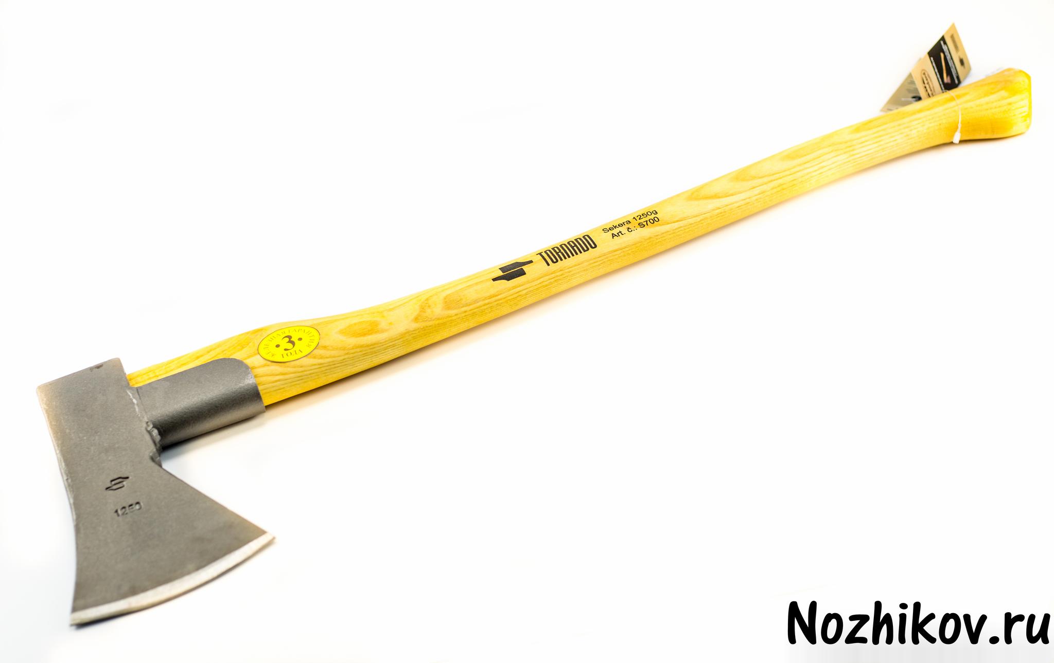 Универсальный двуручный топор S700Ножи по видам стали<br>Головка кованная, сделана из инструментальной кованой стали СК 45. Зона лезвия закалена на глубину 10 мм до прочности 52 - 53 единицы. Топорище из ясеня.Уникальная технология крепления рабочей части и топорища (клин + 2 металлических втулки).Защитный чехол для лезвия.Специальная металлическая манжета (гарантированная защита от перелома припромахивании).<br>Вес насадки -1250 гДлина рукоятки - 700 мм<br>Топорик сделан в Словакии.Произведено по европейскому стандарту качества.<br>