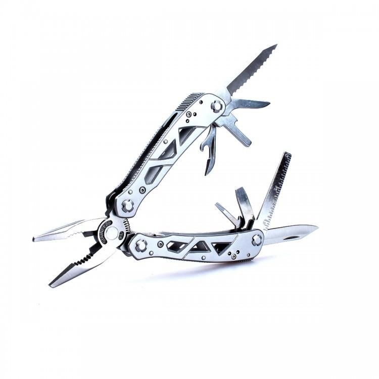 Мультитул Ganzo G112Ganzo<br>Ganzo G112 — полноразмерный мультизадачный инструмент, который получил все необходимые свойства, чтобы стать незаменимой вещью в каждом походном рюкзаке. Этот мультитул поможет исправить рыболовные снасти, починить туристическое снаряжение, устранить неполадки в велосипеде или даже автомобиле. Конечно, и дома ему найдется применение во время любого ремонта. Абсолютно все элементы мультитула сделаны из стали 3Cr13. Эта марка относится к нержавейкам средней ценовой категории. По характеристикам сплав похож на популярную марку 440А, но он более твердый (порядка 57HRC), что позволяет делать ножи, которые дольше будут оставаться острыми. Поскольку данный вид стали очень хорошо противостоит образованию ржавчины, инструменты из него прекрасно подойдут рыбакам и путешественникам.<br>Основной по принципу размещения инструмент в мультитуле Ganzo G112 — это плоскогубцы. Они довольно мощные, чтобы быть в состоянии выполнять серьезные работы. В этом же инструменте предусмотрена функция кусачек, возможность плотного захвата плоских и круглых предметов. Губки плоскогубцев в рабочем состоянии остаются всегда немного открытыми, поскольку они подпружинены. Роль ручек для этого инструмента выполняют рукоятки мультитула. Они же служат своеобразным чехлом для сложенных плоскогубцев и местом хранения остальных инструментов.<br>В набор входит два ножа: с прямой и серрейторной режущей кромкой, шило, линейка, открывалки для банок и бутылок, одна крестовидная и две плоских отвертки. Помимо того, в набор включены девять сменных насадок для отвертки и магнитный переходник для них. Все насадки хранятся в отдельных гнездах общего органайзера. Их можно вместе с мультитулом сложить в чехол из нейлона, который также продается в комплекте с мультитулом.<br>