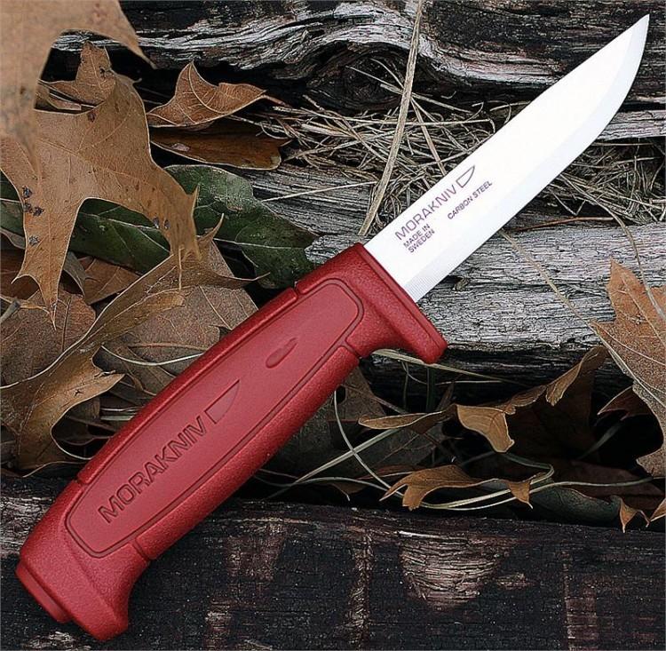 Нож Morakniv Basic 511, углеродистая сталь, пластик, красныйШведские ножи Mora<br>Клинок, как и в предыдущей версии, из высококачественной углеродистой стали твердостью 58-60 hrc. Длина лезвия - 91 мм, ширина обуха - 2,0 мм. Рукоять Mora Basic изготовлена из высокопрочного пластика, дополнительные упоры под пальцы обеспечивают максимальный комфорт при использовании ножа. Комплектуется Mora Basic пластиковыми ножнами с зацепом на ремень. Производитель предусмотрел на чехле крепление под клипсу ножен другого ножа.<br>