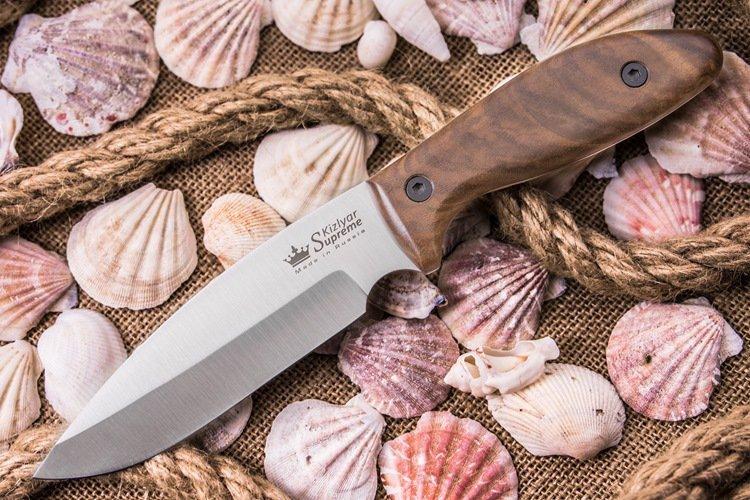Нож Fortuna AUS-8 SWНожи Кизляр<br>Fortuna – идеальный нож для любителей именно рабочих инструментов, которыми хочется пользоваться постоянно.Такой нож пригодится на даче а так же туристам, рыбакам или охотникам – всем, для кого «хороший рез» - не пустой звук.Благодаря обуху в 2,4 мм и тонкому сведению, Fortuna отлично справится с нарезкой продуктов, разделкой дичи или рыбы, с работами по хозяйству.Продуманная рукоять не наминает ладонь при долгой работе, очень ухватистая и приятна наощупь.Кроме того, древесина корневой части кавказского ореха очень красива, а красивым ножом работать вдвойне приятно.Надежна и неприхотлива сталь клинка, японская AUS-8, – она отличается коррозионной стойкостью и уверенно работает по любым материалам. Фирменная азотная закалка отлично раскрывает эту сталь – проявляется не только высокая прочность, но и солидная износостойкость.Fortuna комплектуется кожаными ножнами со свободным подвесом, в которые нож «садится» глубоко и плотно – не выпадет.Fortuna – удачный нож во всех смыслах!<br>Полная длина 246 ммДлина клинка 131 ммТолщина клинка 2.4 ммШирина клинка 35.5 ммДлина рукояти 116 ммТолщина рукояти 16.4 ммМатериал клинка Сталь AUS-8Обработка клинка СатинТвердость 57-59 HRCВес Нож - 142 г, ножны - 78 гМатериал рукояти - Корень орехаКонструкция - Хвостовик идет по всей длине рукоятиНожны/чехол - Кожа со свободным подвесомПожизненная гарантия от заводских дефектов<br>