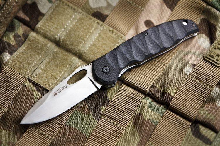 Складной нож Hero 440C, полированныйРаскладные ножи<br>Рифленная рукоять Hero имеет приятную на ощупь и красивую на вид трехмерную обработку.<br>Помимо этих качеств, обработанная таким способом рукоять улучшает надежность хвата и сцепления с рукой, которые необходимы при выполнении интенсивных работ.<br>Клинок Hero классической формы изготавливается из высококачественной стали 440С и имеет твердость около 60 HRC.<br>Открывать клинок легко как с левой, так и с правой стороны благодаря овальному отверстию на клинке.<br>Конструкция линейный фиксаторКомплектация Нож, международный гарантийный талон, подарочная упаковка<br>