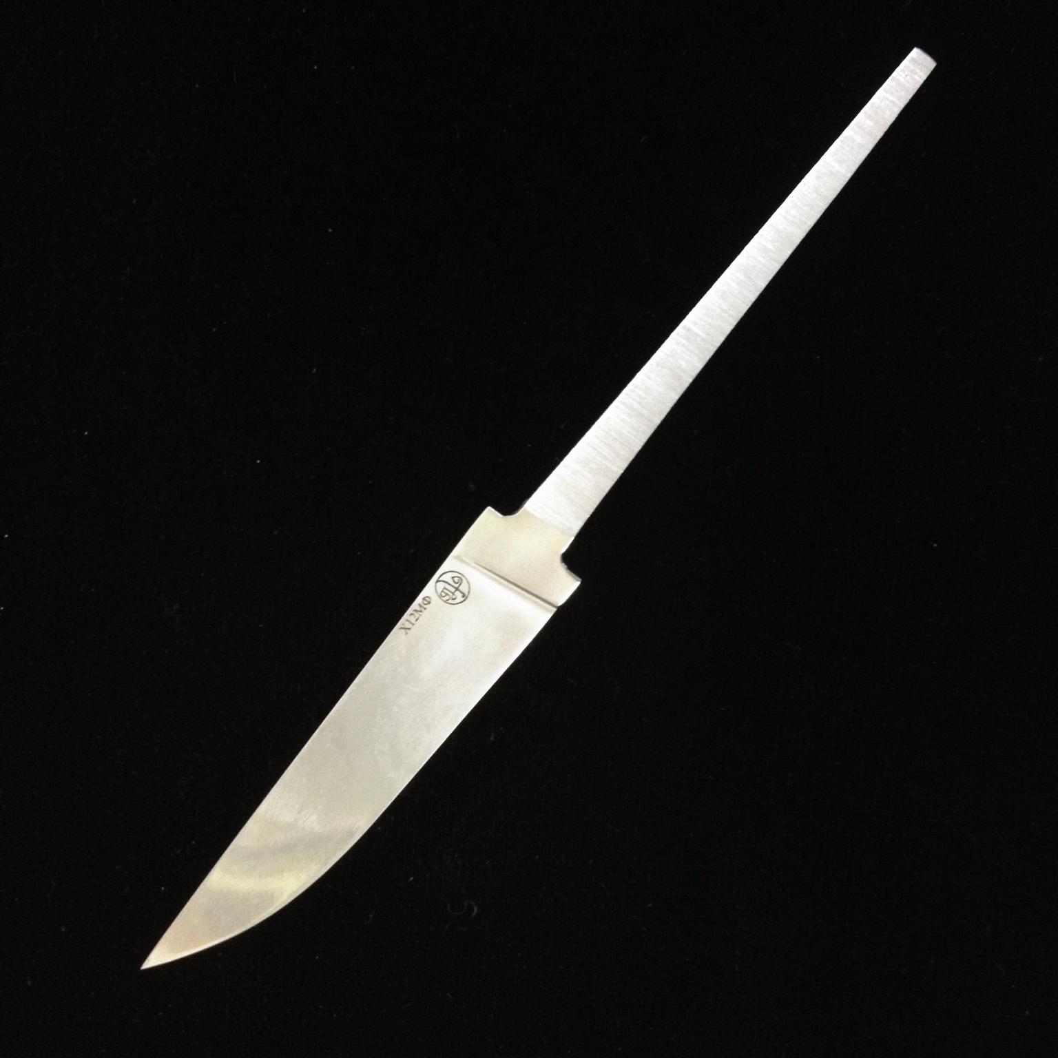 Клинок Х12МФ Андрея ПриказчиковаНожи Ворсма<br>Клинок Х12МФ Андрея Приказчикова – это образец надежного и одновременно элегантного холодного оружия. Такое изделие станет полезным, как для коллекционера необычных клинков, так и того, кто применяет ножи в практических целях. Клинок Приказчикова Х12МФ цельнометаллический имеет длину 118 мм при длине хвостовика 92 мм, а твердость его стали составляет 60-61.Спешите купить клинок для ножа из кованой стали Х12МФ в Москве, дополните его понравившейся рукоятью, и Вы получите стильный и абсолютно надежный нож.<br>