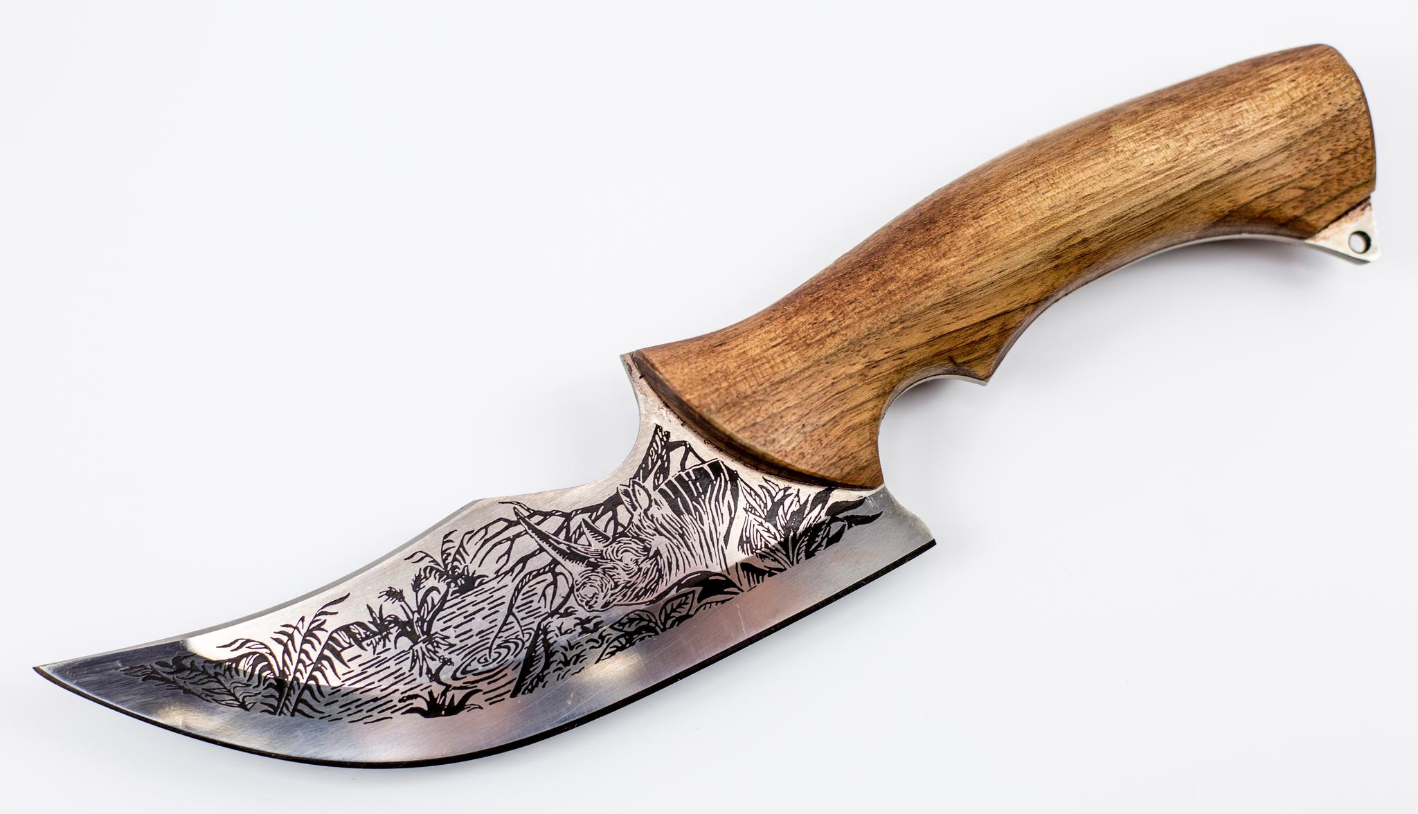 Нож Носорог, 65х13Ножи Кизляр<br>Ручная дизайнерская работа: рисонок на стали может отличаться от изображения на привезенном изделии.Нож Носорог производства Кизляримеет оригинальную гравировку, деревянная рукоять выполнена из кавказского ореха, а кожаный чехол украшен необычным тиснением. Кроме того, кожаный чехол, который делает транспортировку ножа безопасной как для владельца, так и для окружающих.Спешите купить нож Носорог производства Кизляр. Технические характеристики:толщина клинка – 4,0 мм;длина клинка – 150 мм;марка стали 65х13;рукоять - деревянный орех;кожаный чехол в комплекте.<br>