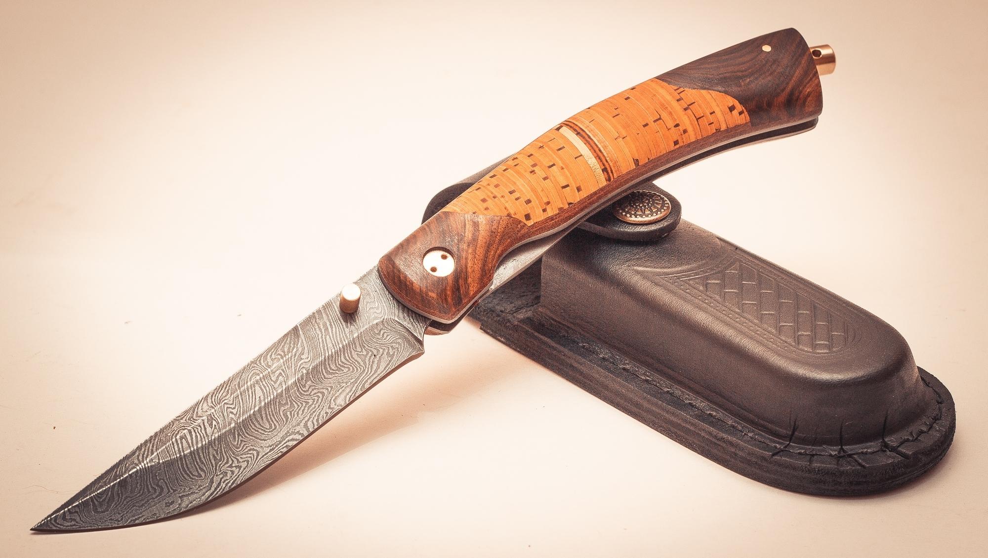 Складной нож Кайрос, дамаск, берестаРаскладные ножи<br>У этого ножа, несомненно, есть свой стиль и свой характер. Нож «Кайрос» выполнен из различных материалов, каждый из которых передает ему частичку своей души. Дамасская сталь клинка наделяет его силой и ловкостью. Натуральные материалы, использованные рукояти говорят о том, что он верен традициям и своему владельцу. На такого карманного помощника всегда можно положиться. На тыльной части рукояти расположен металлический винт с отверстием для темляка. В случае необходимости, этот элемент можно использовать в качестве стеклобоя.<br>