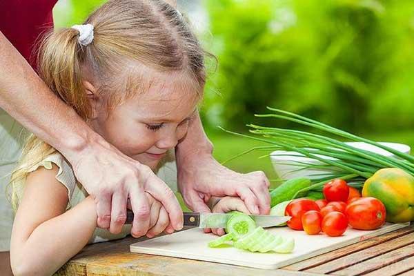 Демонстрируйте Вашему ребенку, как держать нож