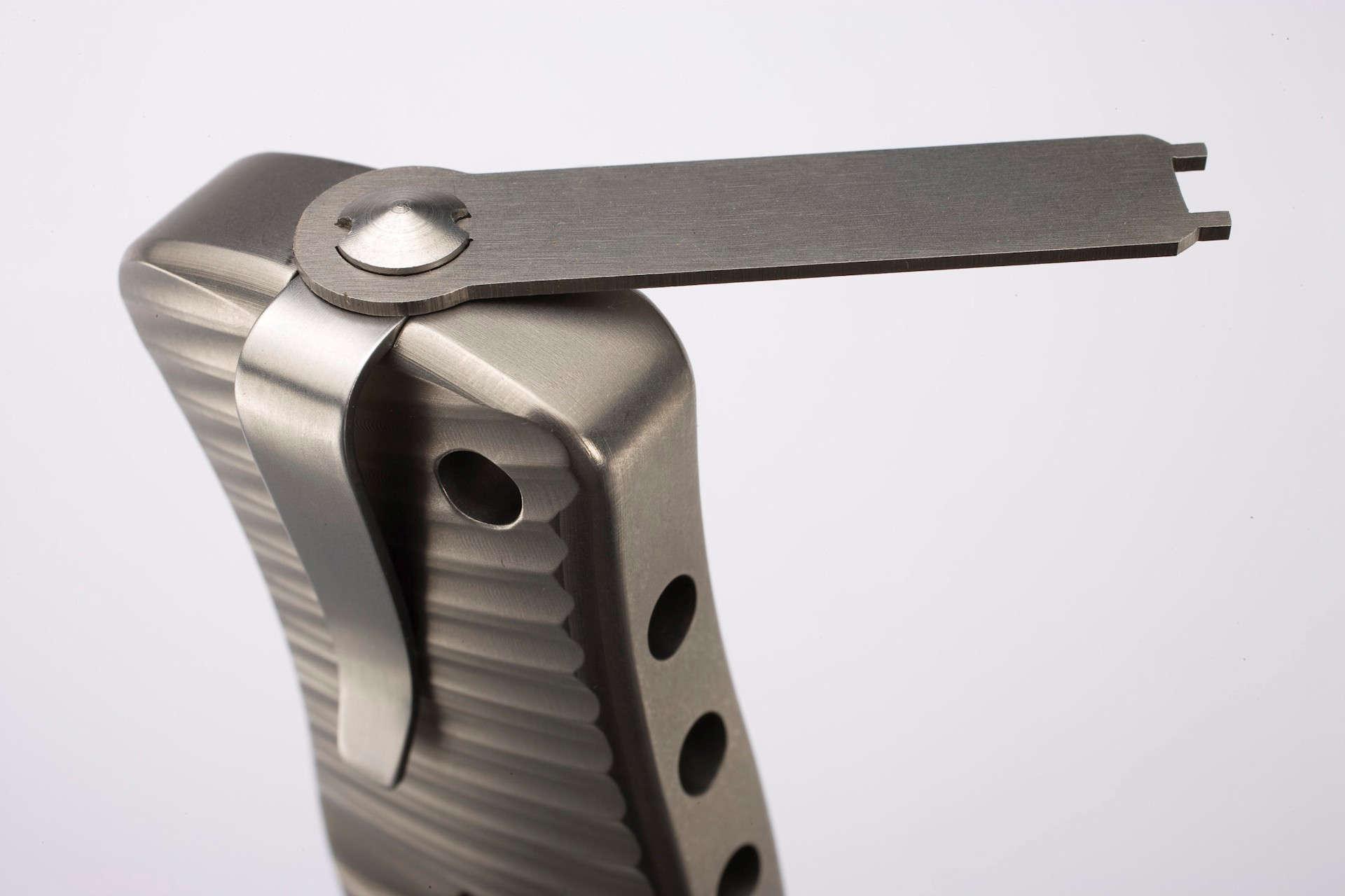 Фото 10 - Нож складной LionSteel SR2 G (GREY) Mini, сталь Uddeholm Sleipner® Satin, рукоять титан по технологии Solid®, серый от Lion Steel