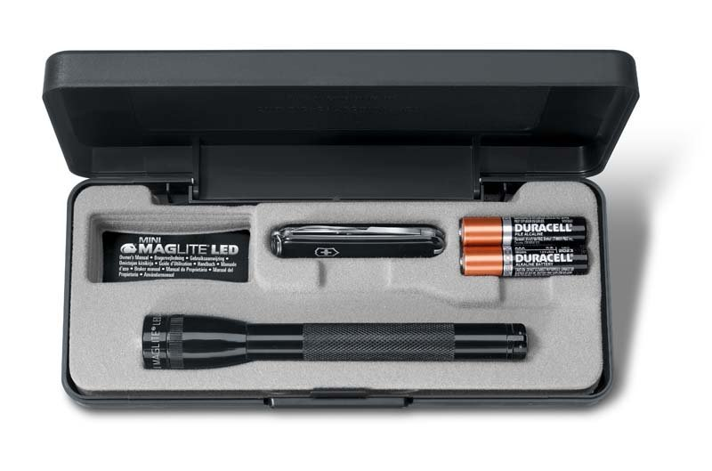 Набор Victorinox нож Classic SD + фонарь Maglite Solitaire