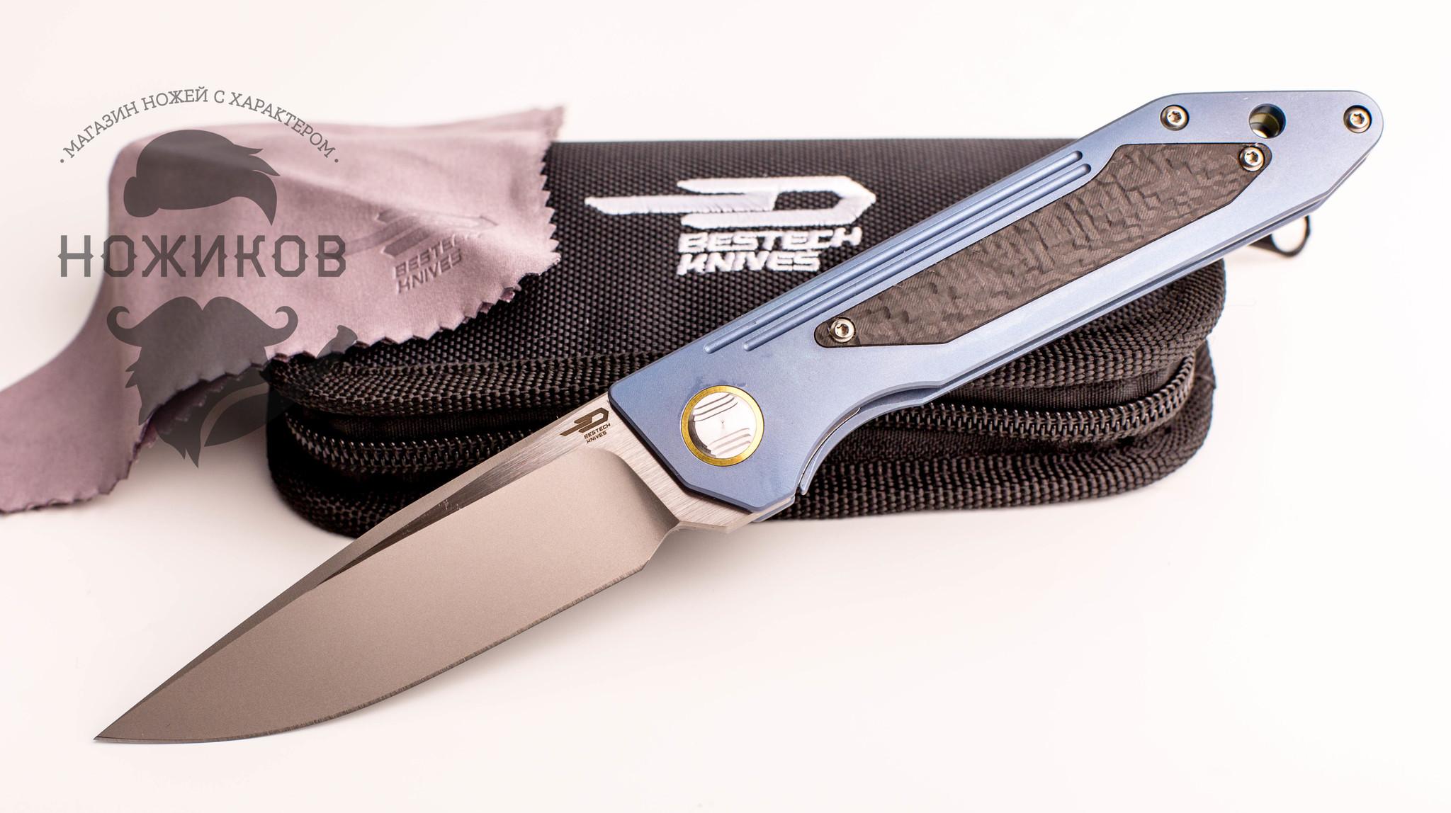 Складной нож Bestech SHINKANZEN BT1803C, сталь CPM-S35VN, рукоять титанОт складного ножа часто не ждут ничего кроме обычной бытовой работы. Однако, модель SHINKANZEN BT1803C позволяет по-новому взглянуть на этот тип ножей. Этот стильный и брутальный аксессуар станет отличным дополнением к вашей домашней коллекции. Сталь CPM-S35VN из которой выполнен клинок этой модели, выполнена по технологии micro-clean и считается одной из лучших ножевых сталей. Благодаря сложной технологии изготовления сплав получает максимальную однородность и высокую твердость кристаллической структуры. Эта особенность позволяет сохранять бритвенную остроту клинка в течение длительных периодов времени. Накладки рукояти выполнены из супер легкого титанового сплава, который применяется в космической отрасли для создания узлов и деталей. Это максимально легкий и надежный материал. В комплекте с ножом вы найдете стильный чехол на молнии и салфетку для ухода за клинком.