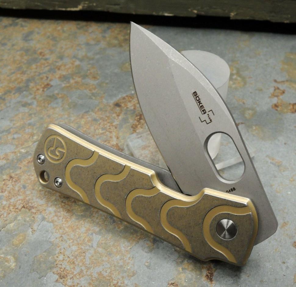 Фото 5 - Нож складной Boker Plus Serge Panchenko Design Gust, сталь D2 Stonewash Plain, рукоять нержавеющая сталь, золотой цвет, 01BO082