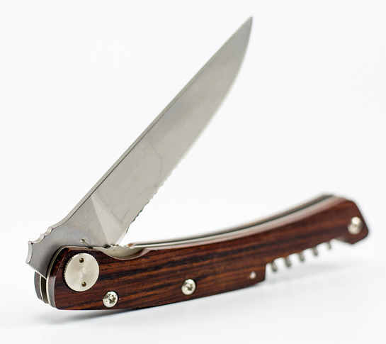 нож со знаком в