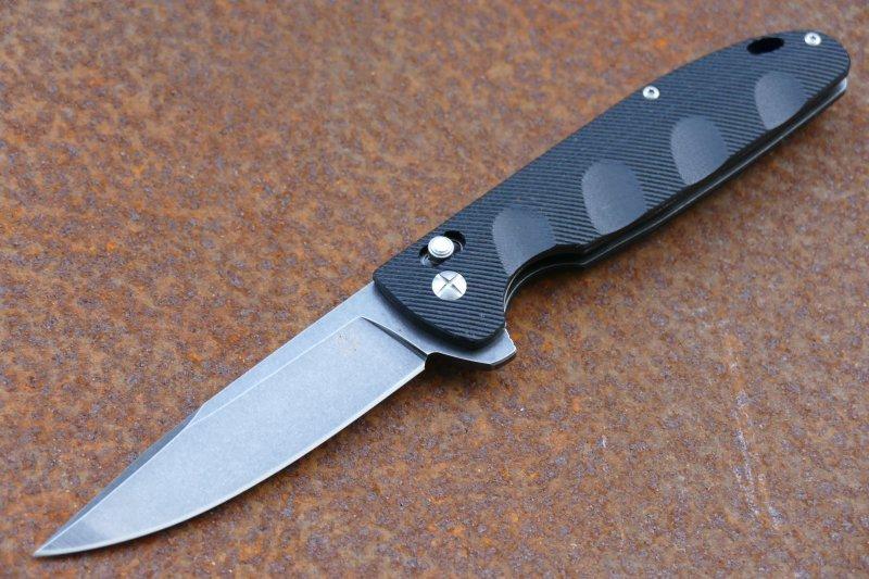 Складной нож ПилигримСтильная и элегантная модель с ярким цветовым акцентом. Складной нож Пилигрим сразу обращает на себя внимание ребристой вставкой на спинке рукояти. Эта вставка окрашена в ярко-синий цвет, что делает нож более заметным на фоне других вещей. Клинок ножа также имеет несколько интересных моментов. Фальшлезвие на обухе делает кончик более острым. Высокие спуски обеспечивают точный и хорошо контролируемый рез. Выступ в районе пятки клинка выполняет роль флиппера и подпальцевого упора. Углубления на рукояти обеспечивают более надежное удержание ножа в экстремальной ситуации.
