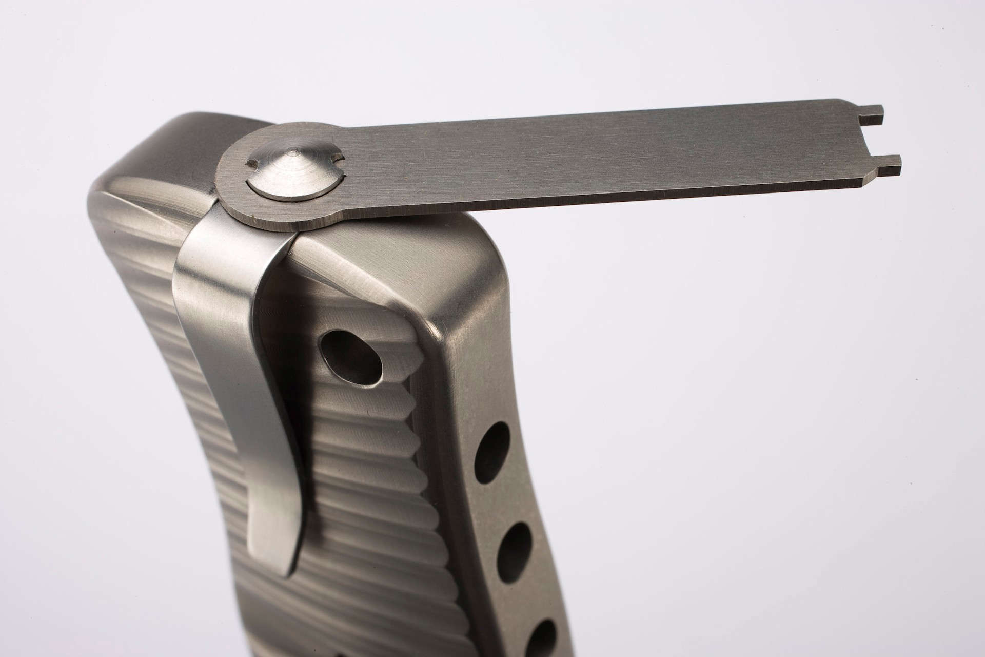 Фото 7 - Нож складной LionSteel SR1 B, сталь Uddeholm Sleipner, рукоять титан от Lion Steel