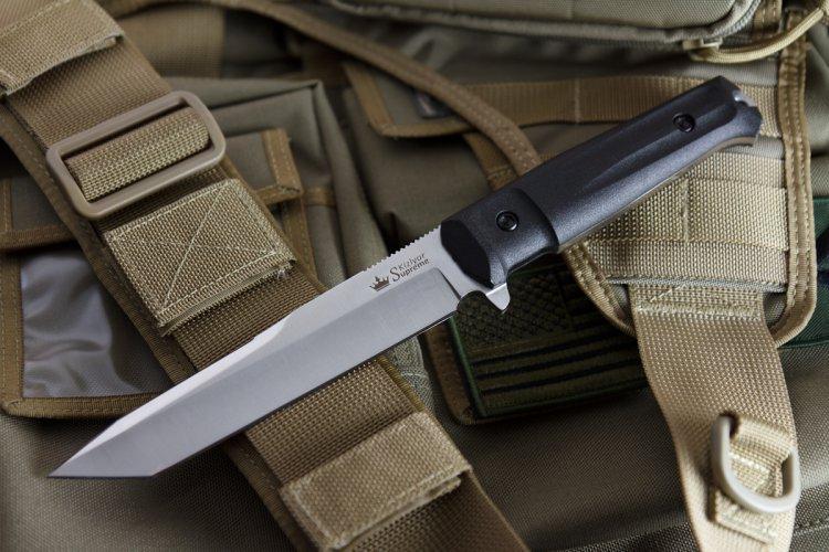 Тактический нож Aggressor AUS-8 Satin+SW, Kizlyar SupremeДерзкий Aggressor, обладающий стремительным клинком в форме «танто» и дополнительной рубящей заточкой на обухе, имеет великолепную проникающую способность, мощное острие и прекрасные режущие свойства.Aggressor входит в новую серию Tactical Echelon, ориентированной на использование в спецподразделениях, а также отлично справляющейся с большинством нужд охотников, спасателей и других групп пользователей, ведь это прежде всего - надежные и функциональные ножи.