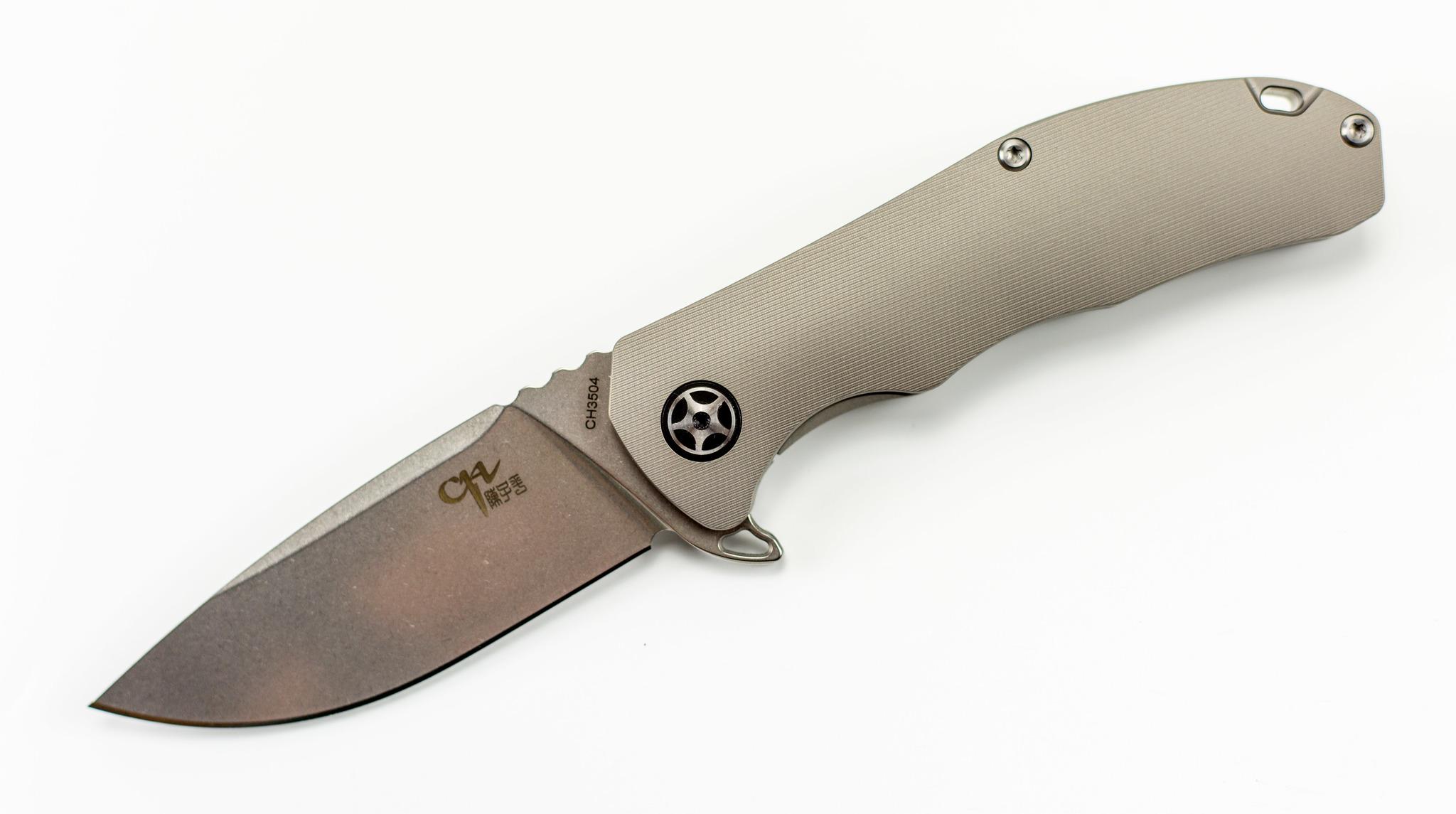 Складной нож CH3504 сталь S35VN, СерыйСкладной нож для использования в городе должен быть легким и компактный. А еще он должен быть стильным, но не слишком ярким. СКЛАДНОЙ НОЖ CH3504 СТАЛЬ S35VN создан как раз для таких случаев. Если вам нужен полезный брутальный аксессуар, который будет доставлять вам удовольствие при каждом использовании — обратите внимание на эту модель. Среди прочих достоинств стоит отдельно отметить клинок из высокотвердой порошковой стали. Бритвенная острота режущей кромки обеспечена вам в течение длительного времени. Чтобы нож имеет небольшой вес, плашки рукояти выполнены из облегченного титанового сплава. В качестве замка здесь используется старый добрый фрейм-лок. Нож открывается в полуавтоматическом режиме с помощью выступа флиппера.