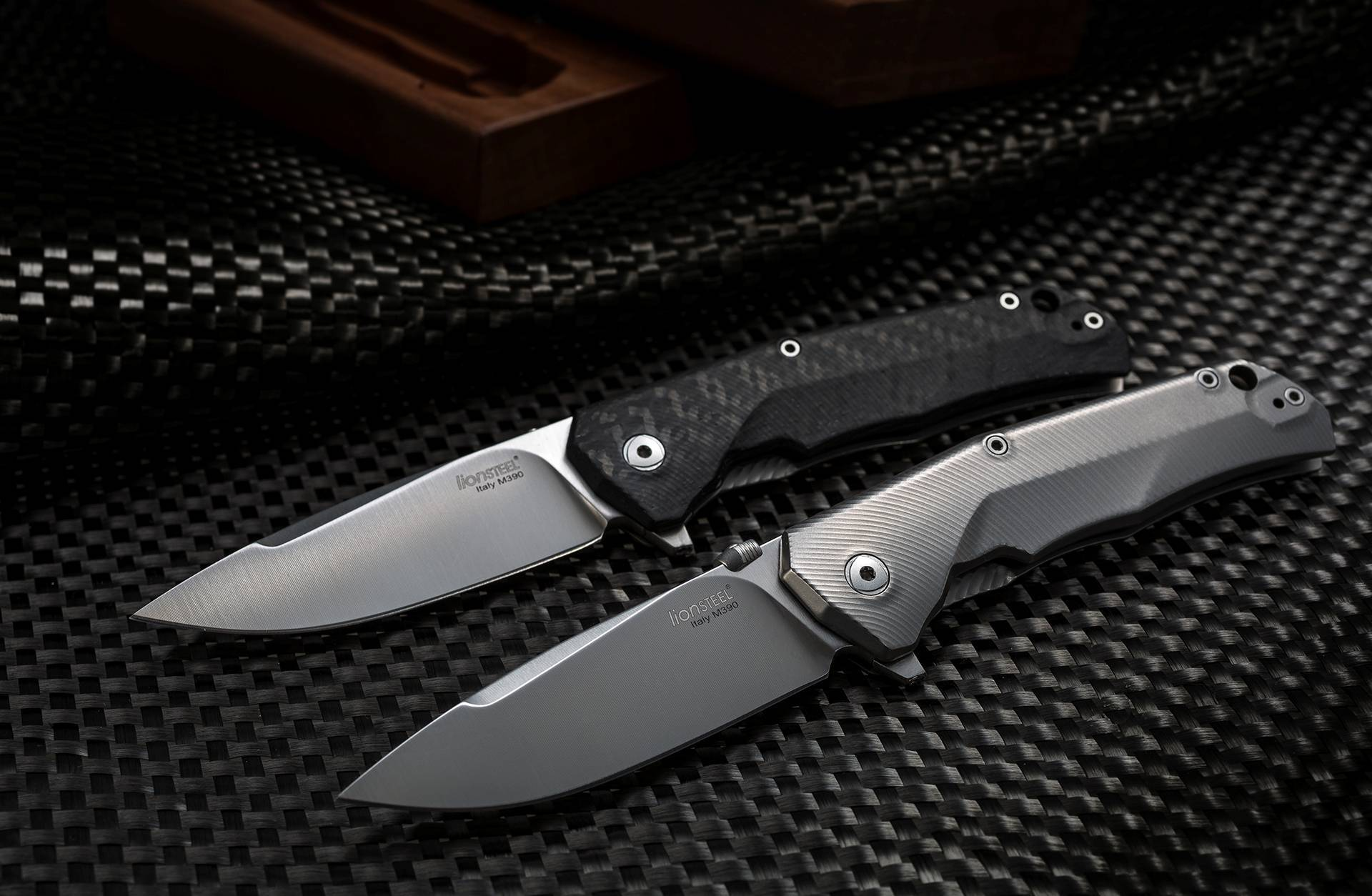 Фото 4 - Нож складной T.R.E. - Three Rapid Exchange (IKBS® Flipper), Carbon Fiber/Matte Titanium Handle от Lion Steel