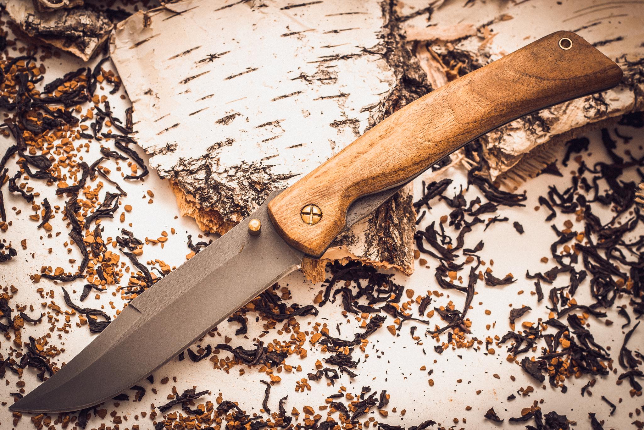 Складной нож Храбрец, сталь 95х18, орехВ наше нелегкое время полезно иметь при себе многофункционального помощника, который можно и нужно использовать в различных житейских ситуациях. Нож «Храбрец» относится именно к этой категории. Такому ножу найдется применение в ежедневной городской суете, на офисной вечеринке, на выездном пикнике или туристическом походе. Создатели оснастили эту модель клинком из кованой стали 95Х18, которая имеет высокое сопротивление к коррозии. Клинок ножа имеет фальшлезвие, которое выполнено в форме «щучки». Точка соединения режущей кромки и скоса обуха образует острый кончик. В случае необходимости нож легко достается из чехла и открывается одной рукой. Такая функция позволяет использовать нож в тактических целях.